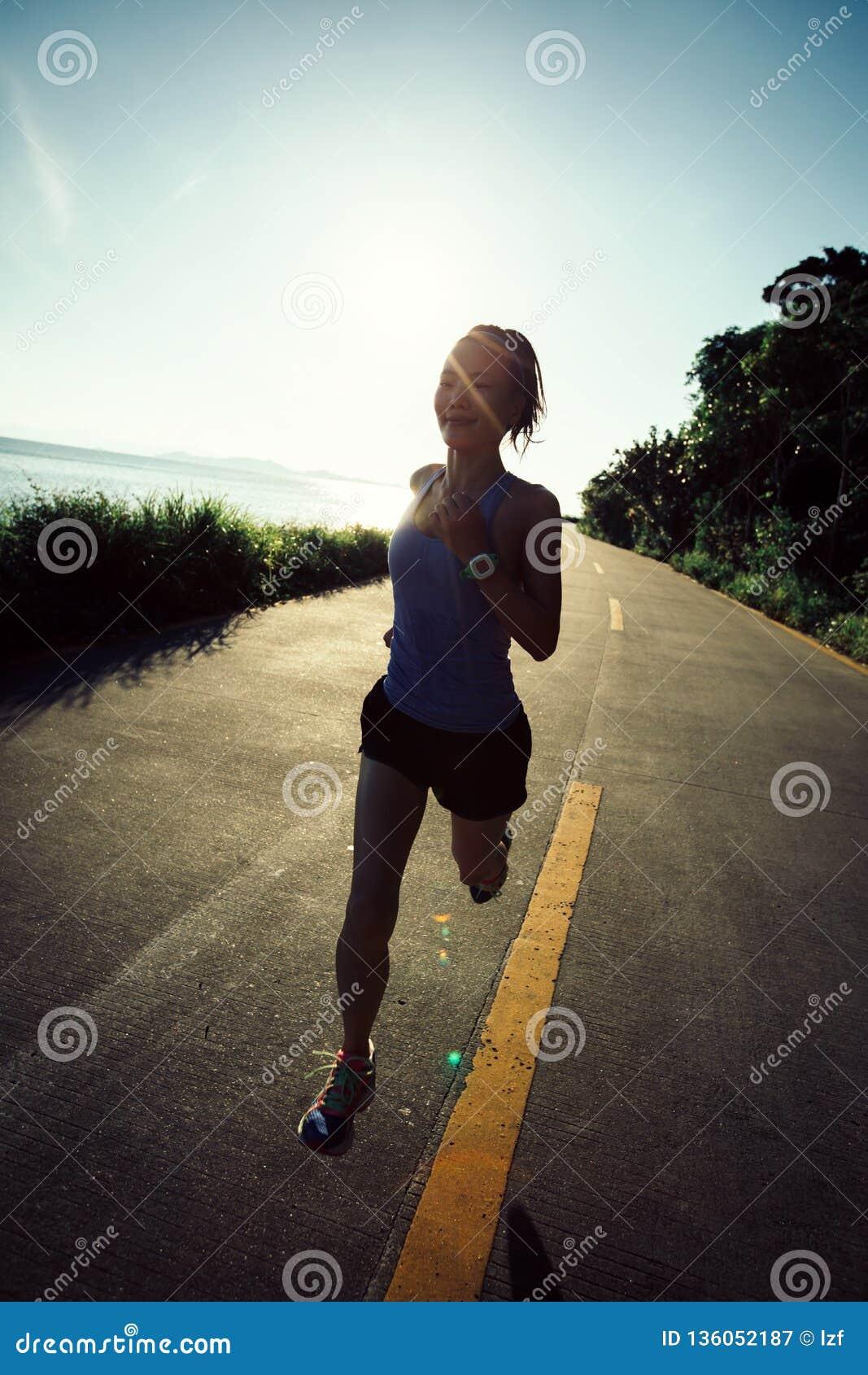 Kobieta bieg na nadmorski śladzie