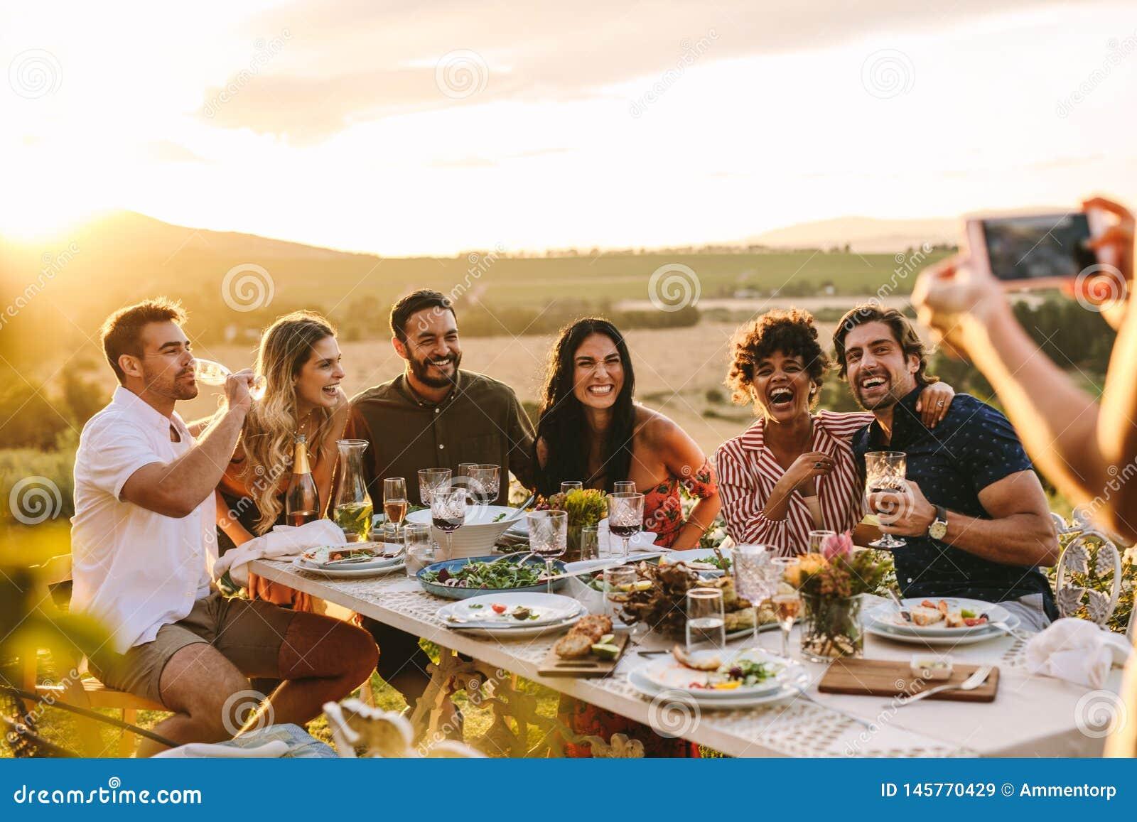 Kobieta bierze obrazek jej przyjaciele przy obiadowym przyj?ciem