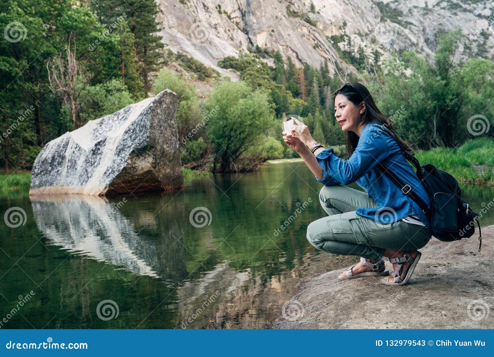 Kobieta bierze obrazek zadziwiający natura widok