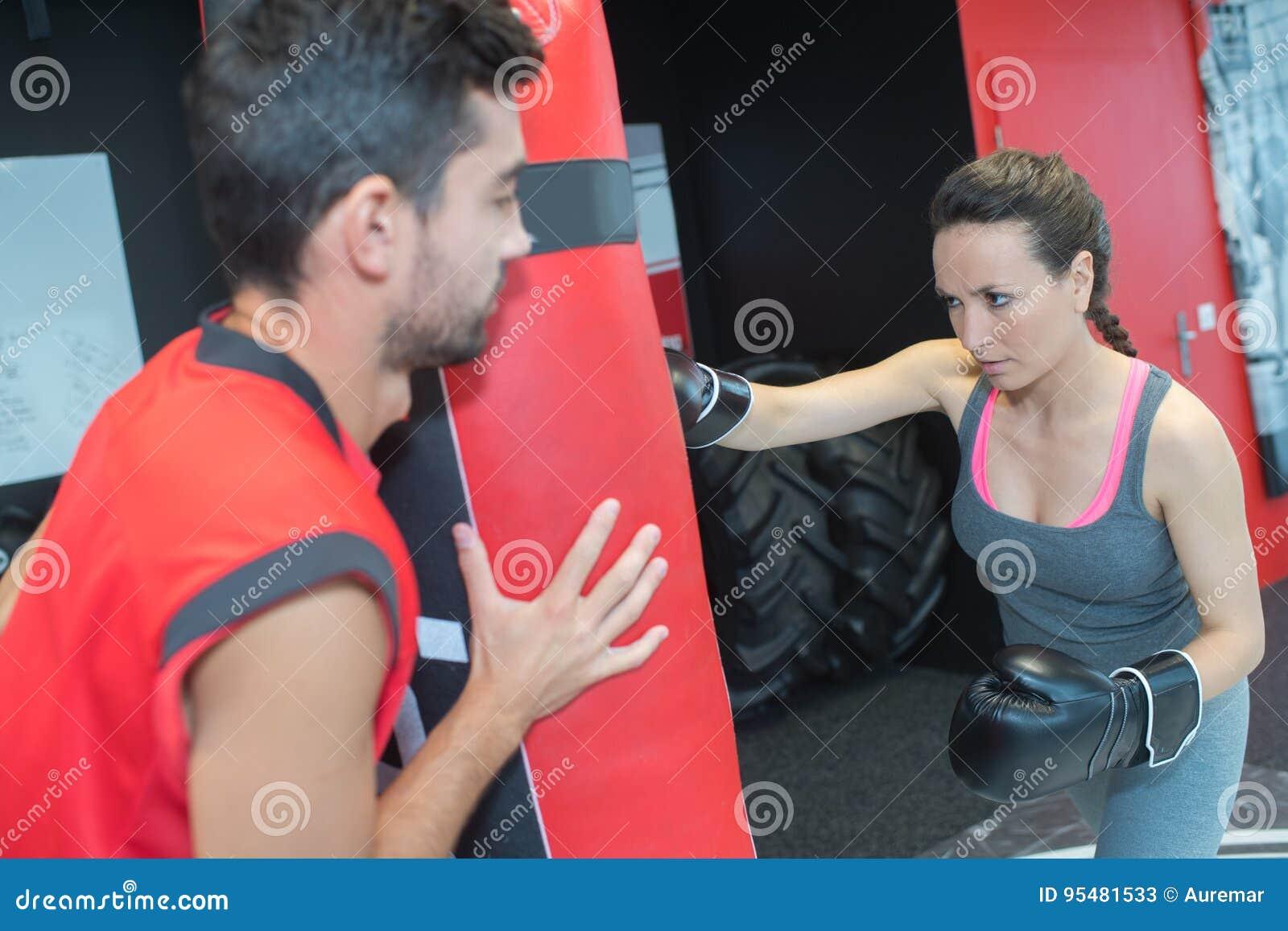 Kobieta boks w gym z trenerem