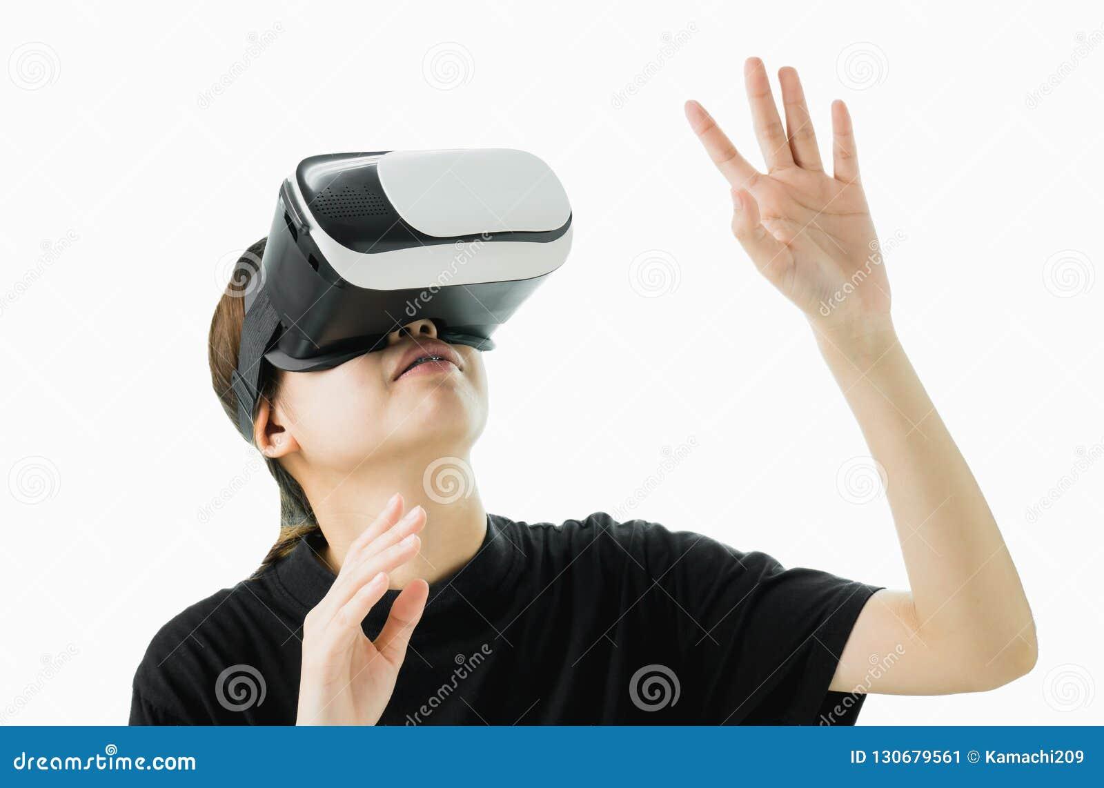Kobieta był ubranym rzeczywistości wirtualnej słuchawki rzeczywistość która symuluje, i patrzeje w górę