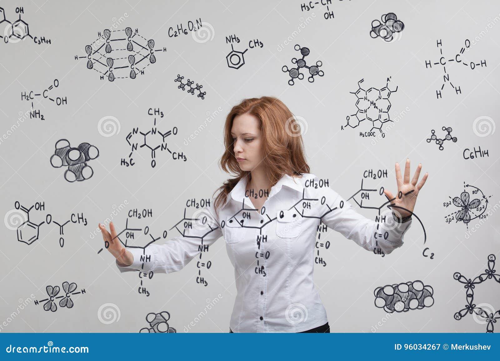 Kobieta chemik pracuje z chemicznymi formułami na popielatym tle