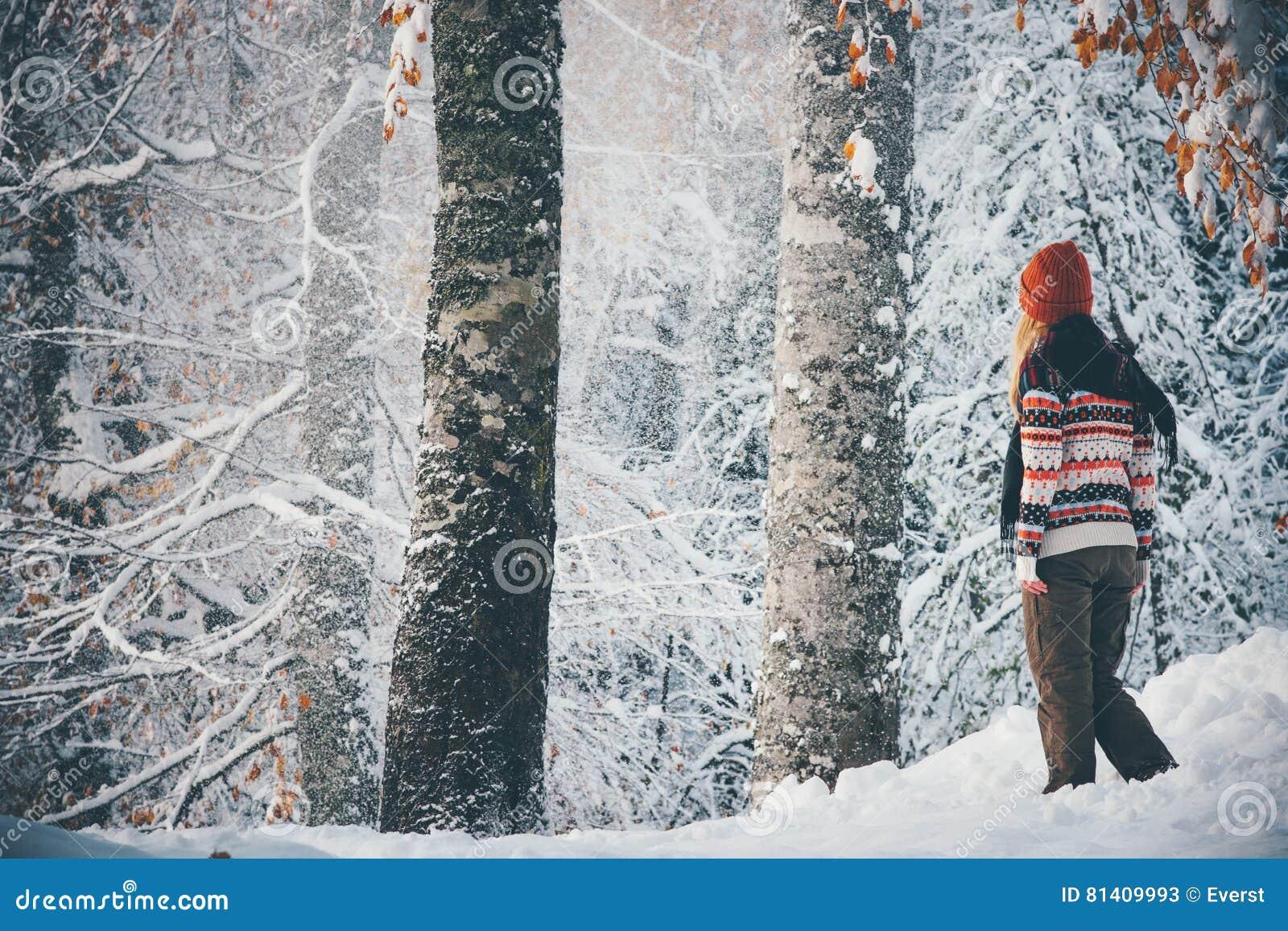 Kobieta chodzi samotnie w zimy podróży lasowym stylu życia