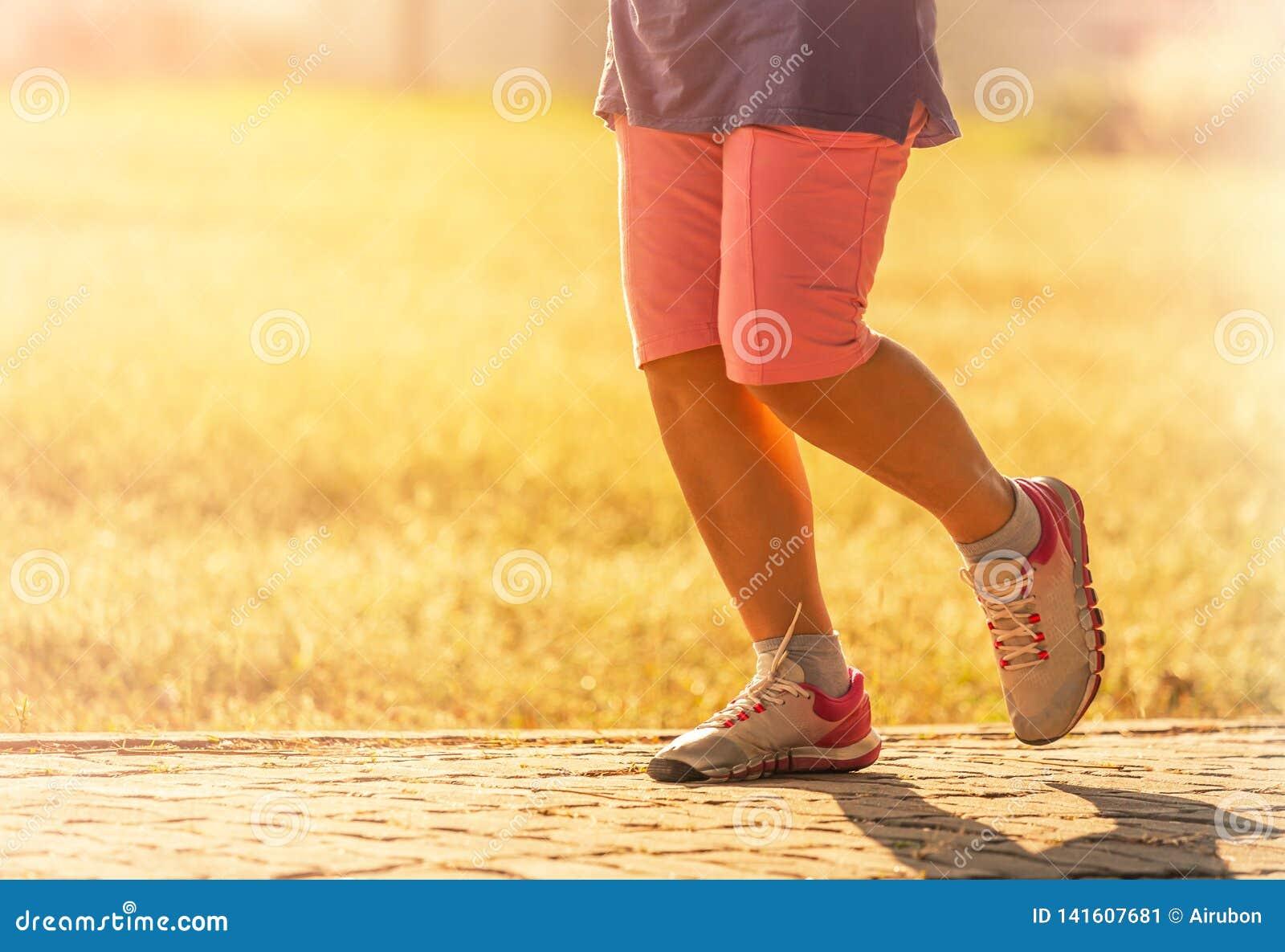 Kobieta cieki jogging na drodze w zmierzchu
