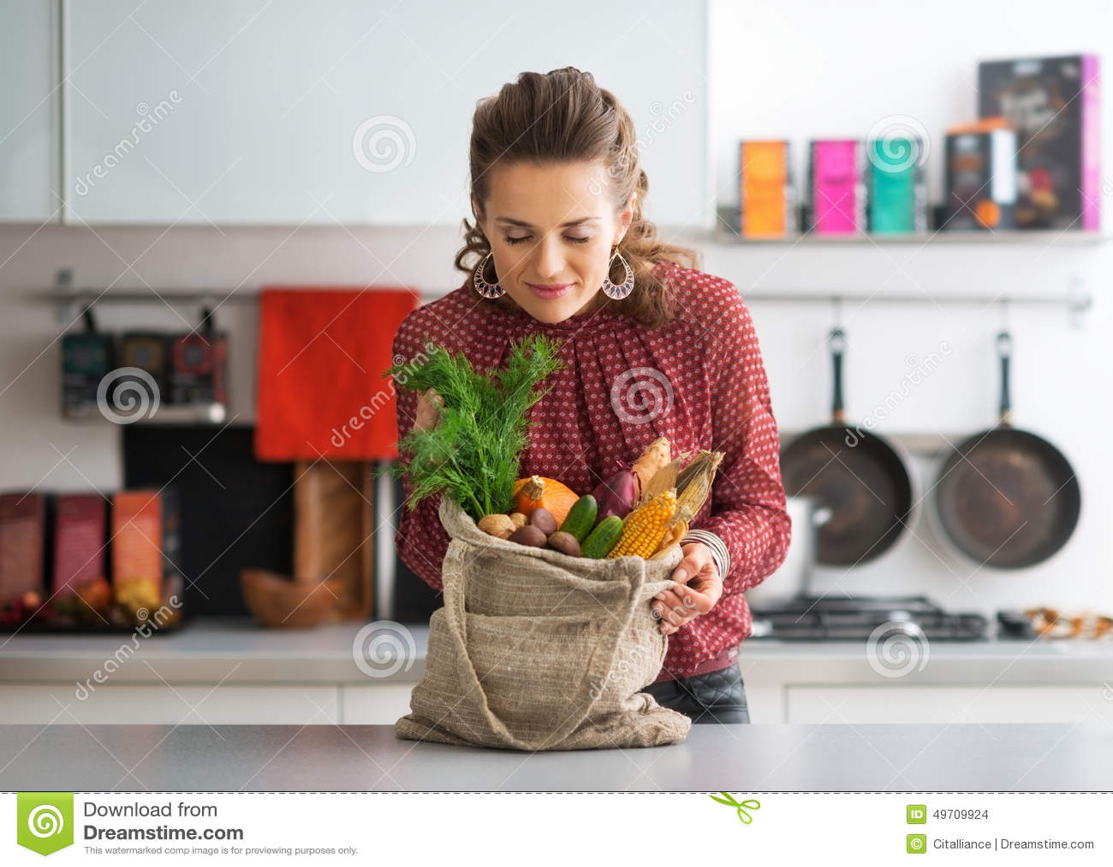 Kobieta cieszy się świeżość lokalni targowi zakupy