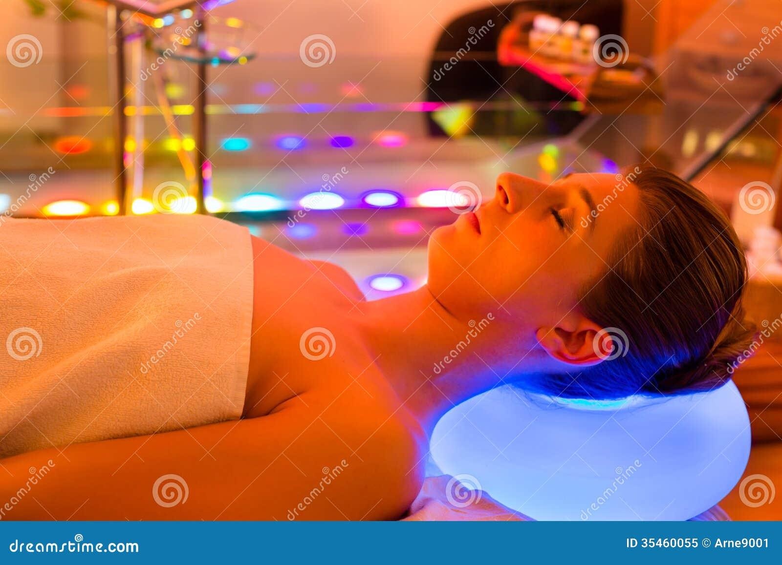 Kobieta cieszy się terapię w zdroju z kolor terapią