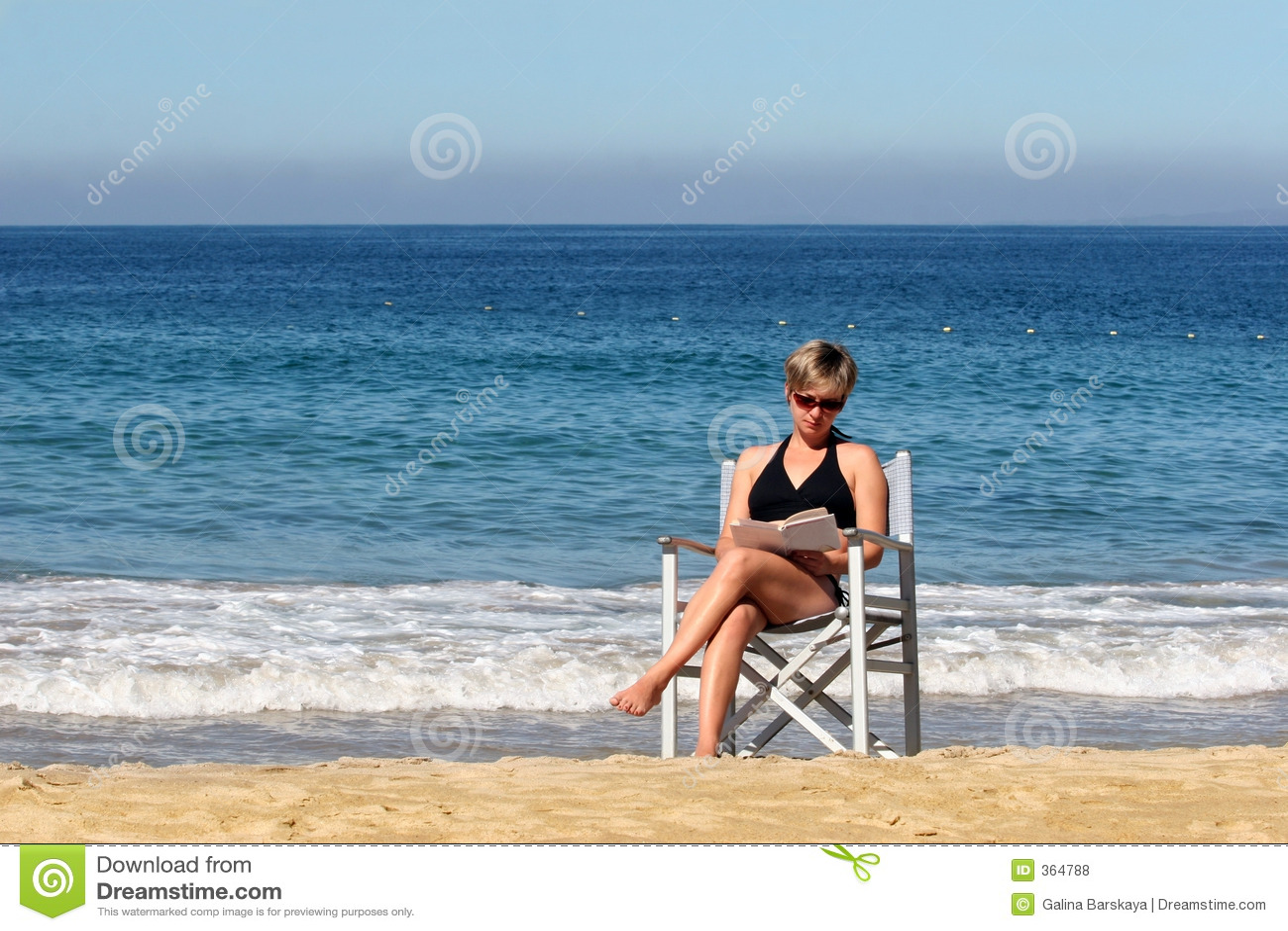 Kobieta czytelnicza plażowa