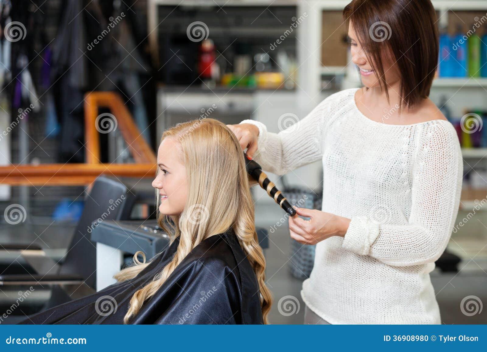 Kobieta Dostaje Ona włosy Fryzujący