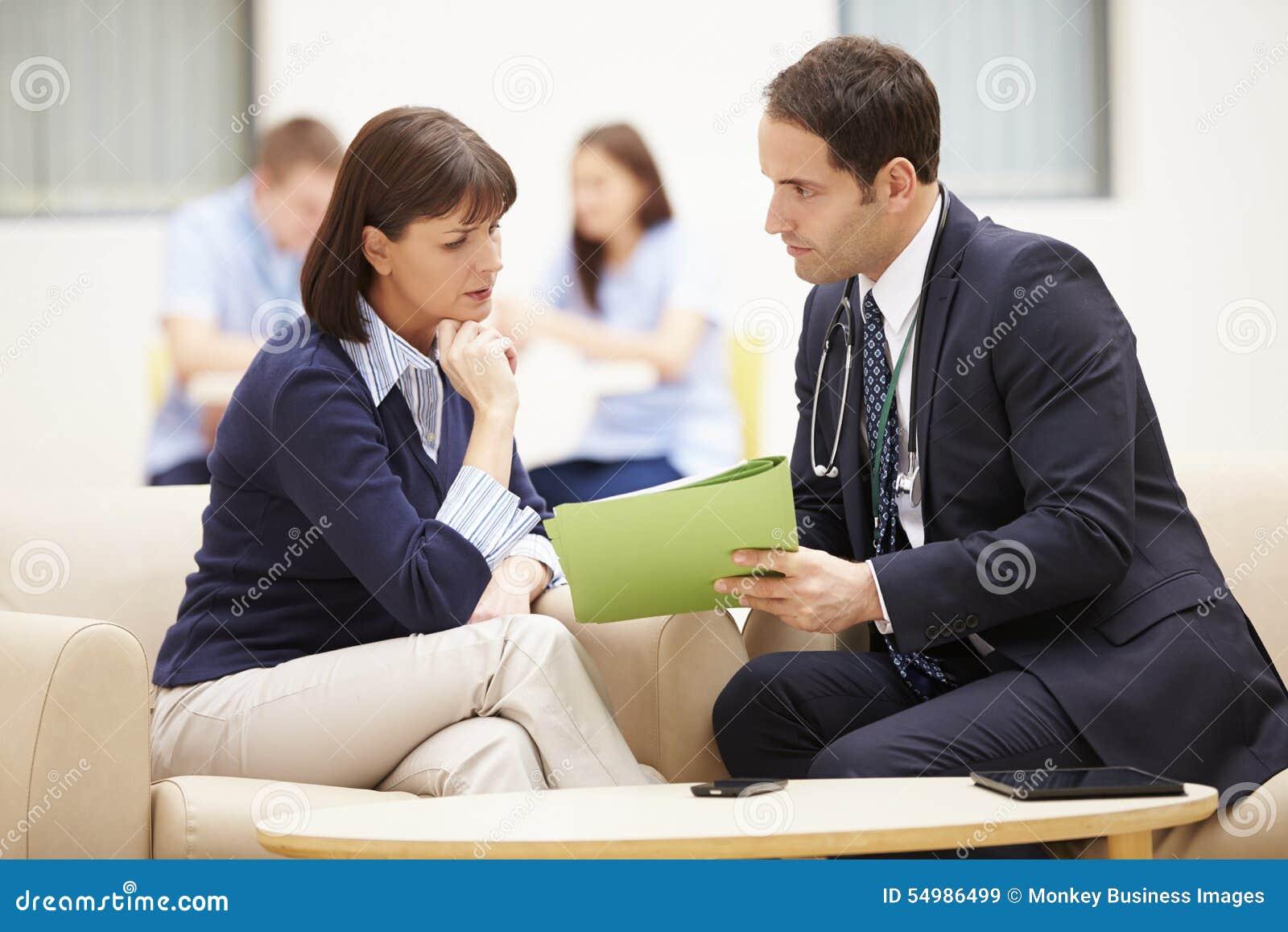 Kobieta Dyskutuje wyniki testu Z lekarką
