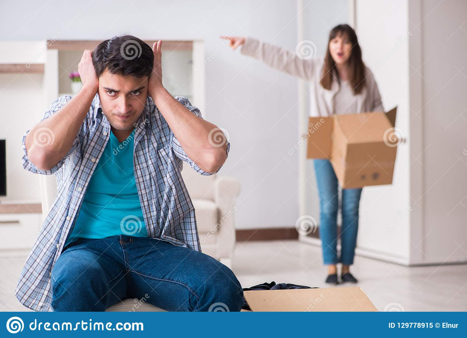 Kobieta eksmituje mężczyzna od domu podczas rodzinnego konfliktu