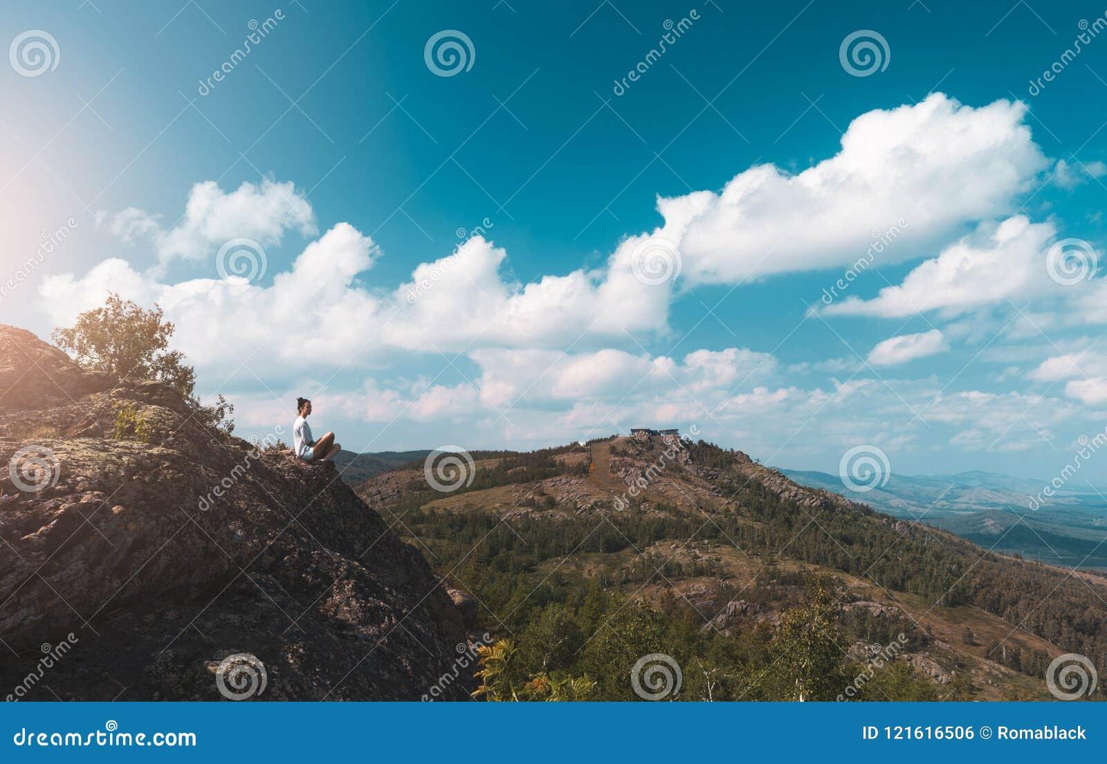 Kobieta fotograf bierze obrazek halny krajobraz na kamerze