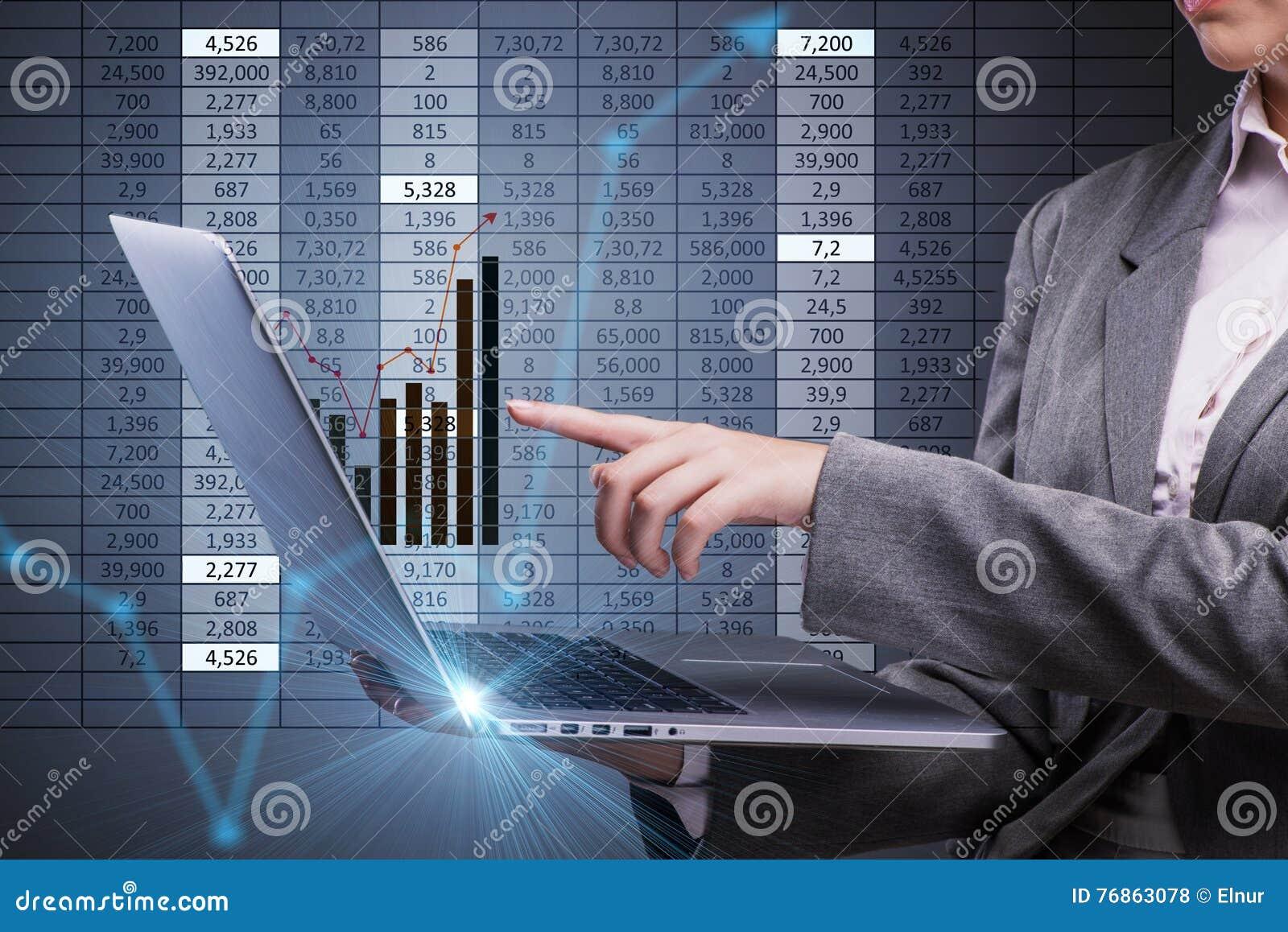 Kobieta handlowiec pracuje na laptopie w akcyjnego handlu pojęciu