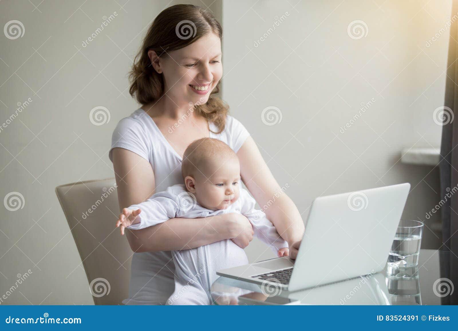 Kobieta i dziecko blisko laptopu