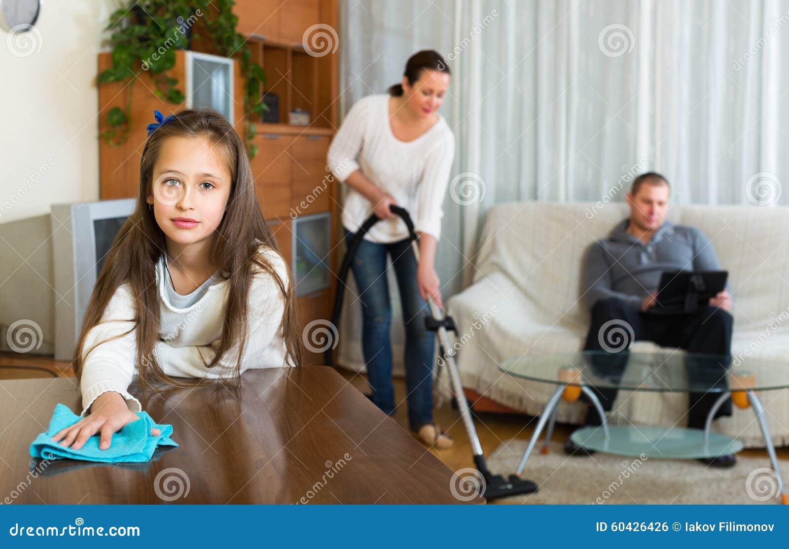 Kobieta i dziewczyna robi cleaning