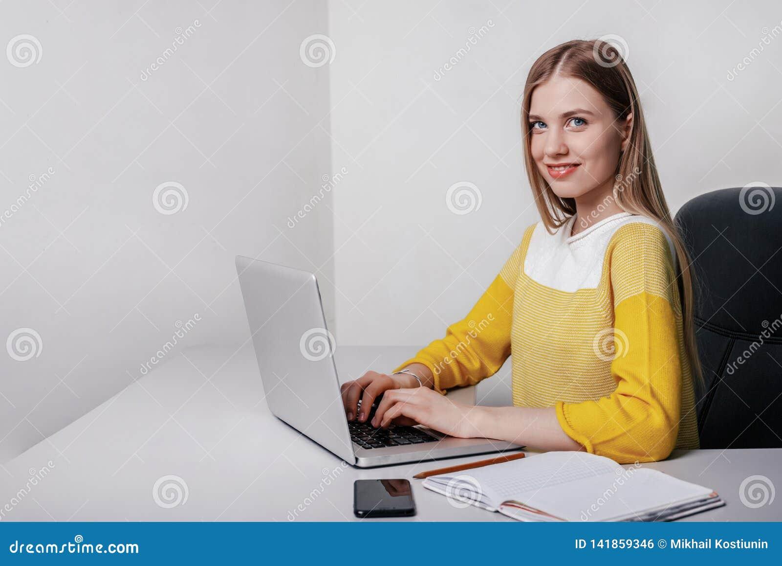 Kobieta i laptop, Studencka dziewczyna z notebooku obsiadaniem dalej
