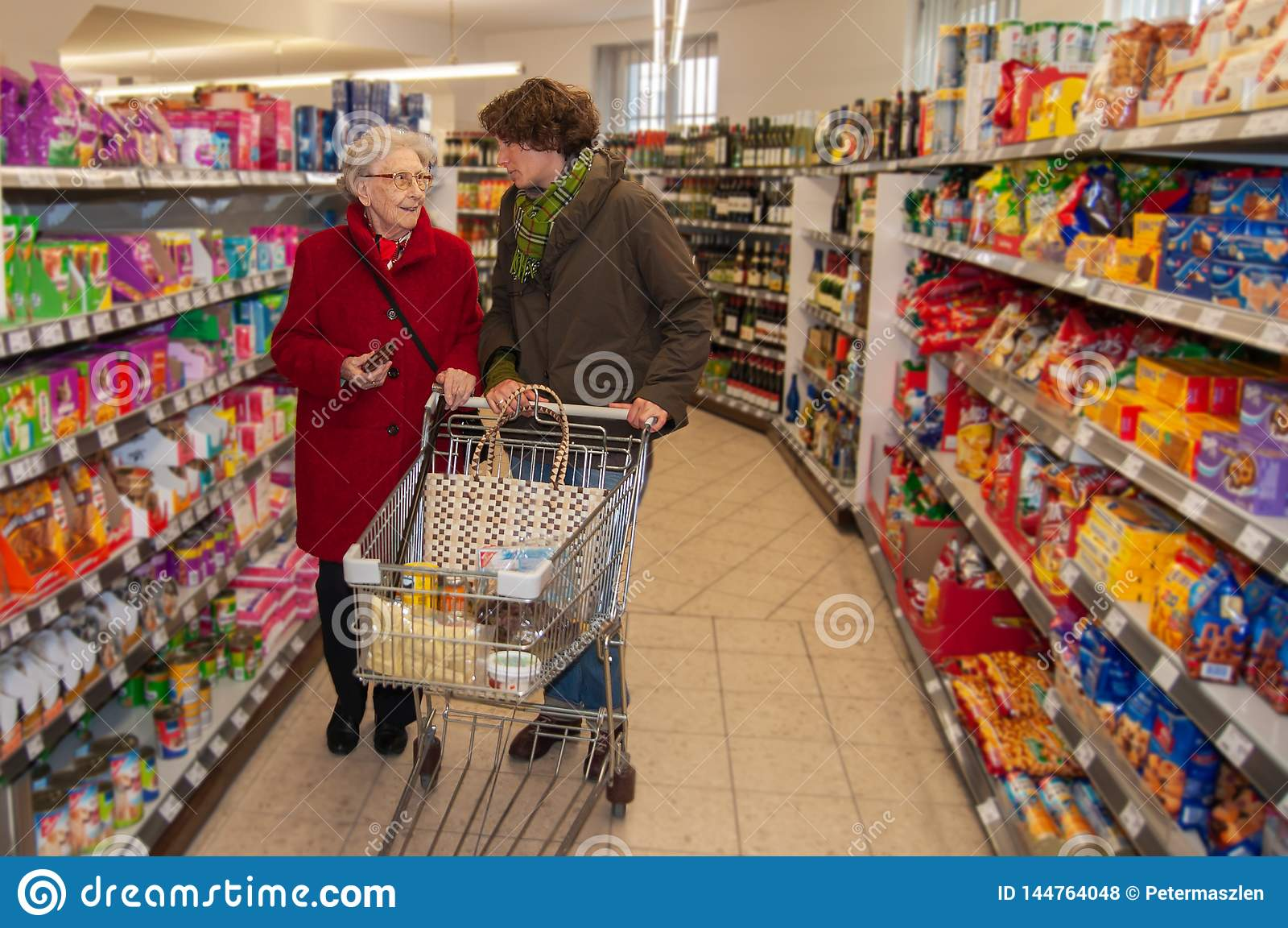 Kobieta i senior kobieta iść dla robić zakupy w supermarkecie