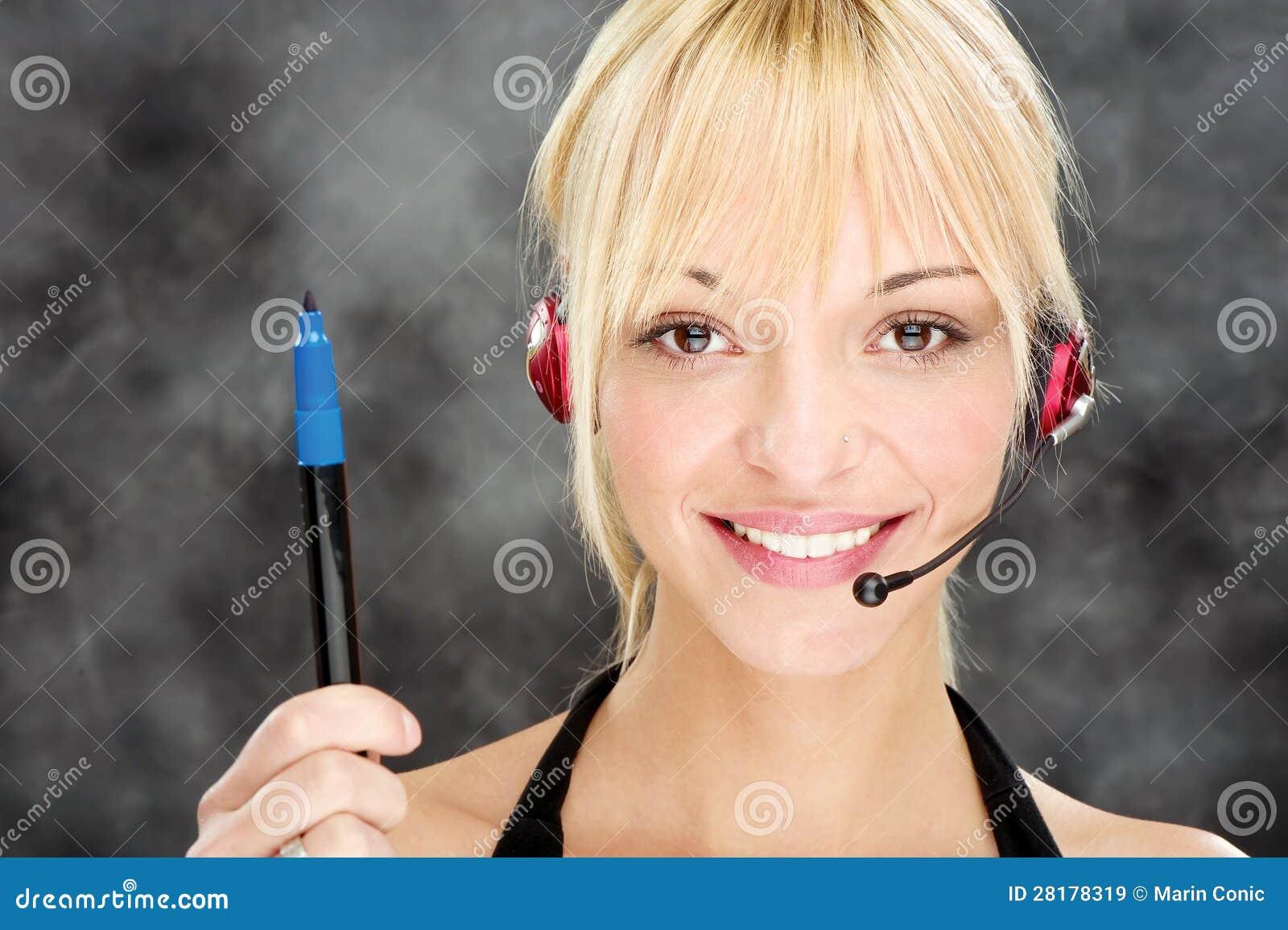 Kobieta jako telefonicznego operatora mienia markier