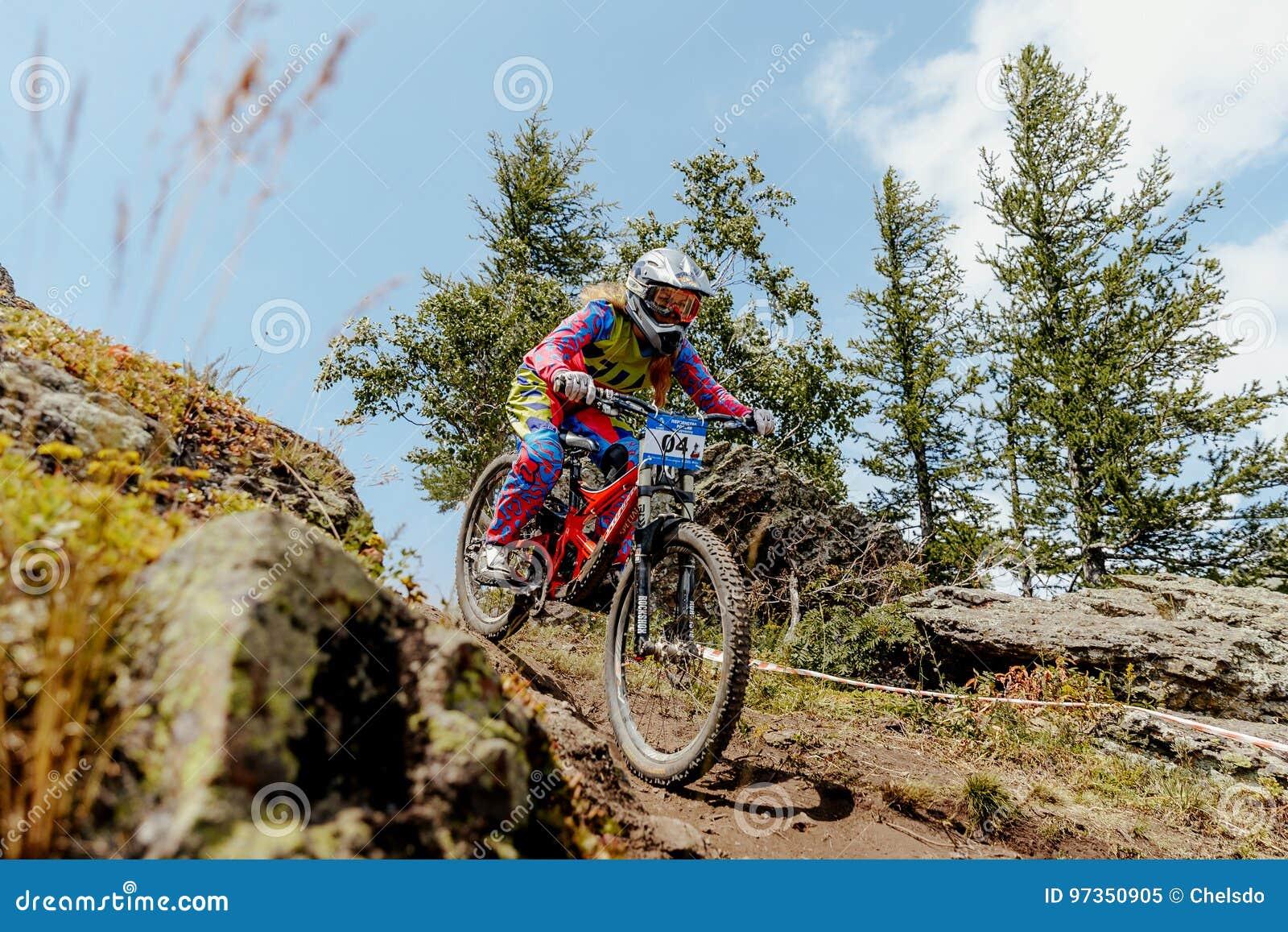 Kobieta jeźdza zjazdowy halny jechać na rowerze