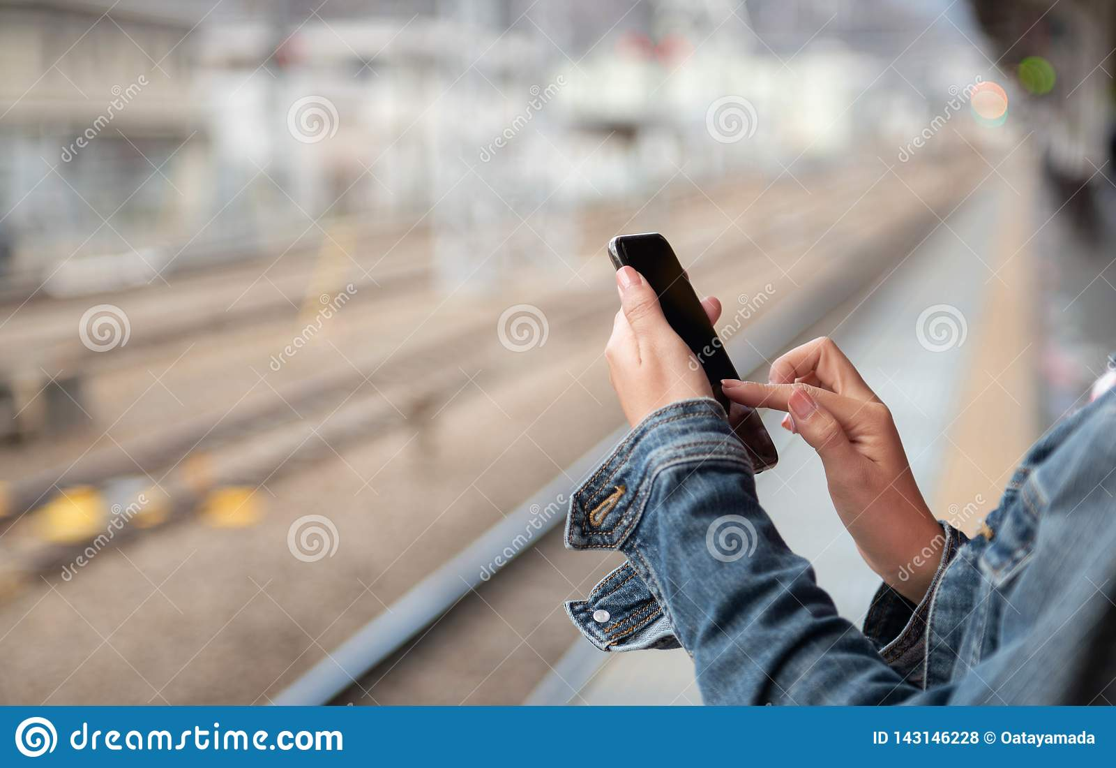 Kobieta jest czytelniczym wiadomością tekstową na telefonie komórkowym