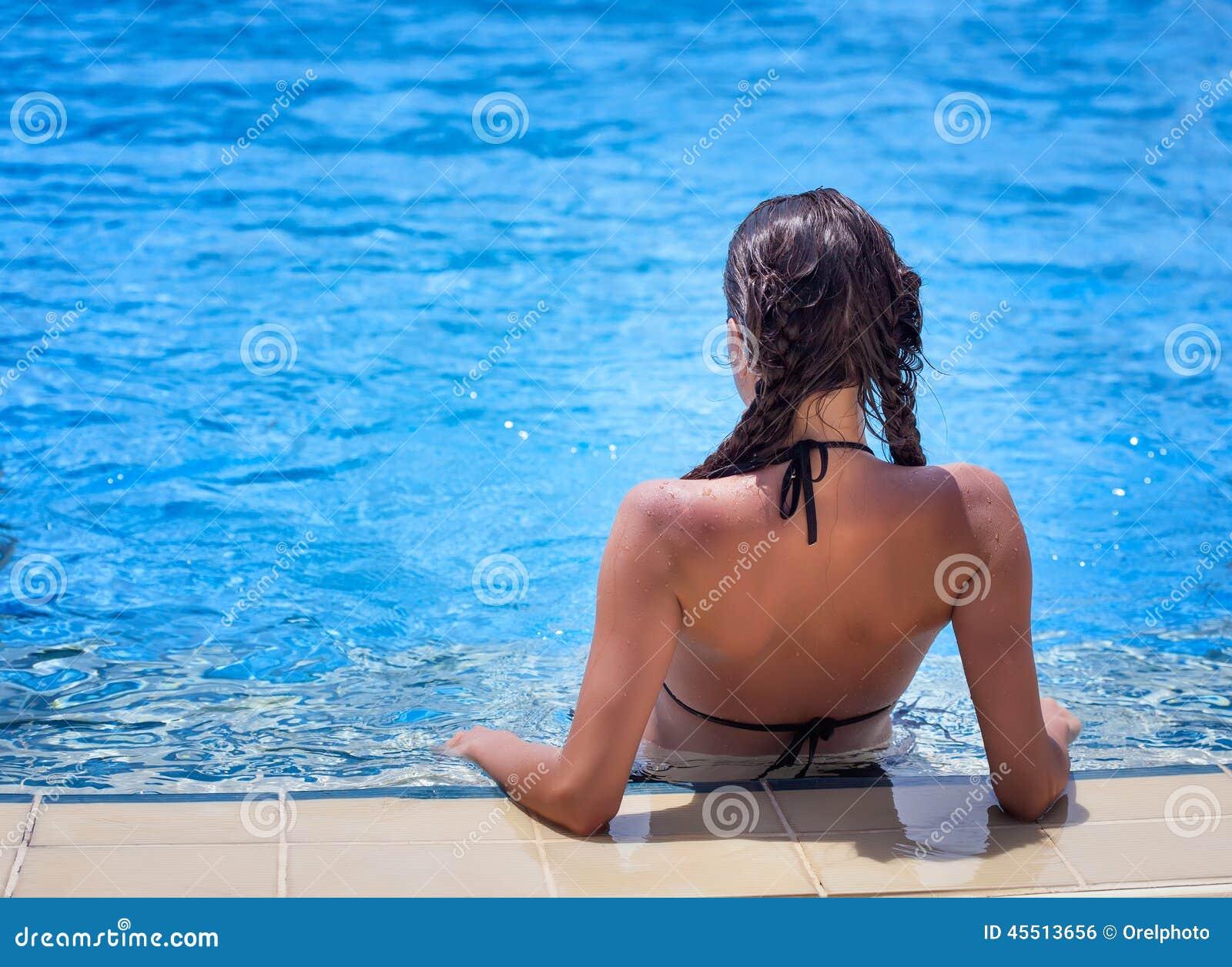 Kobieta jest relaksująca w pływackim basenie