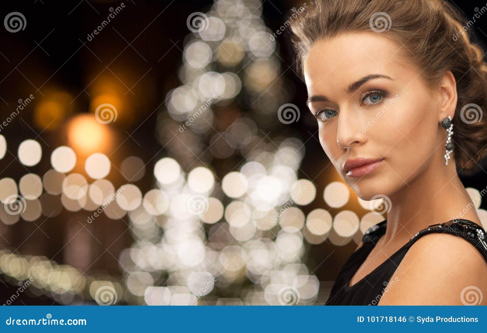 Kobieta jest ubranym biżuterię nad bożonarodzeniowe światła