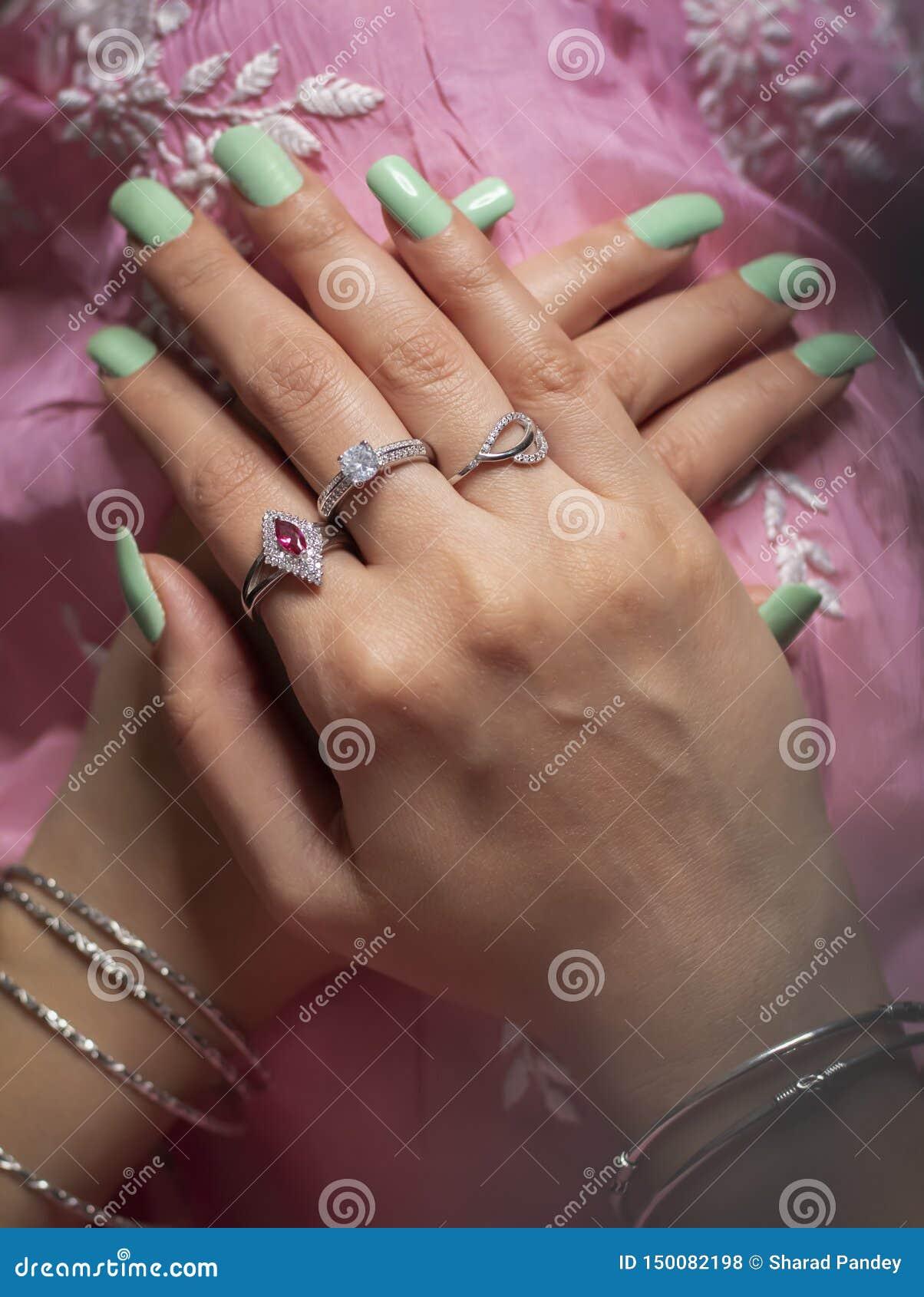 Kobieta jest ubranym pierścionku i bangle jewellery