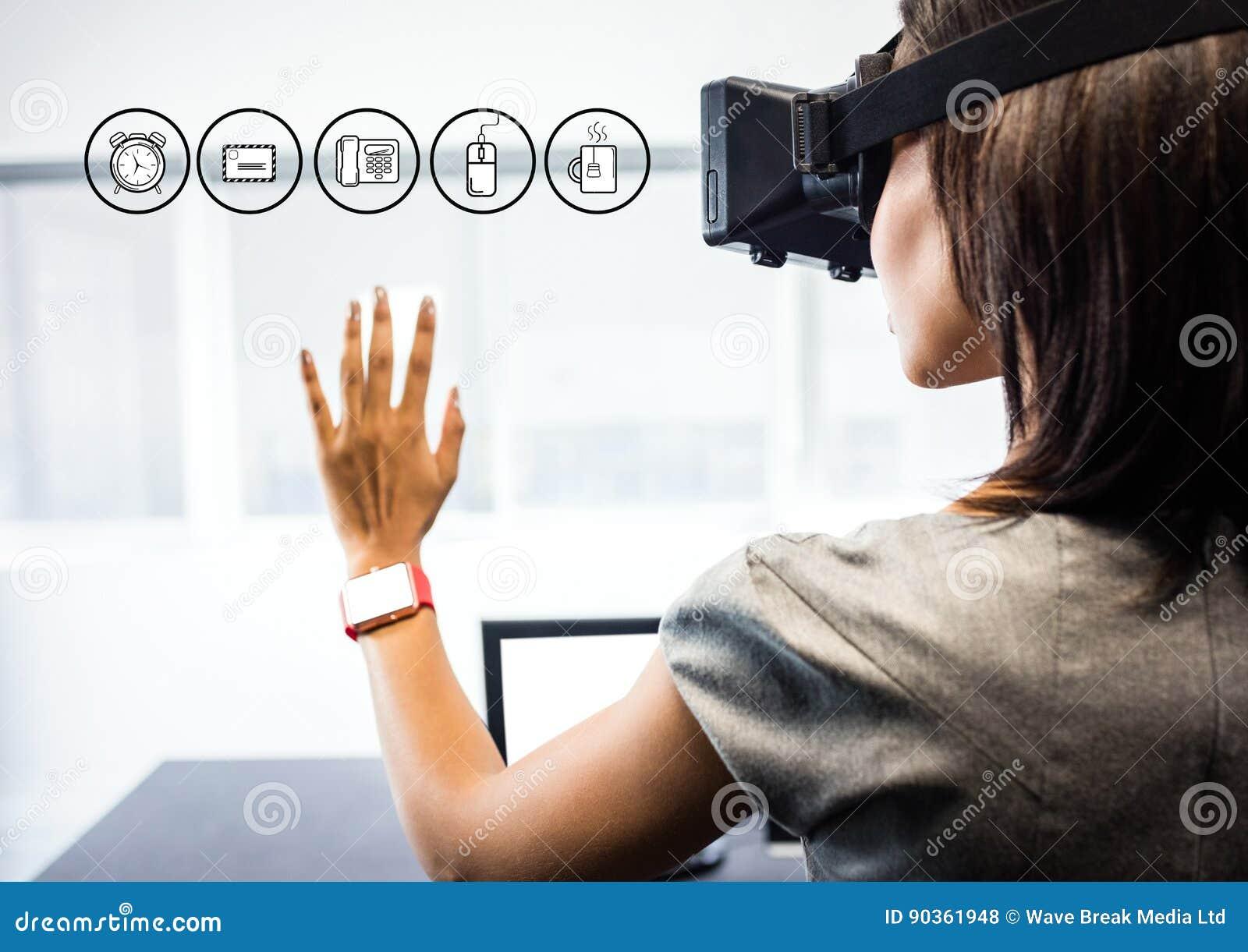 Kobieta jest ubranym VR rzeczywistości wirtualnej słuchawki z interfejsem