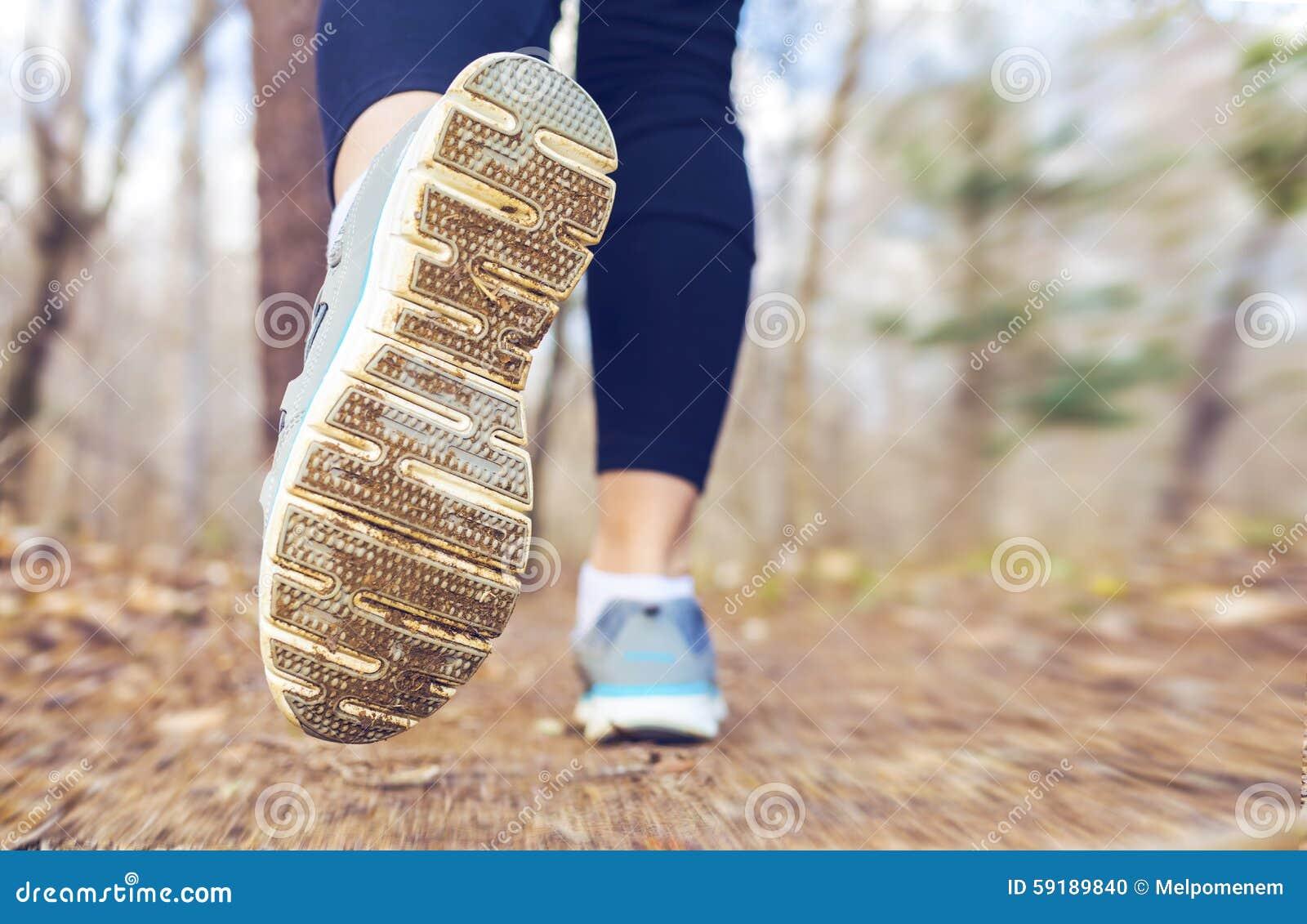 Kobieta jogging w lesie w spadku