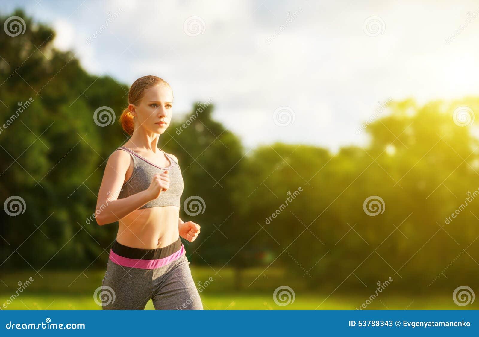 Kobieta jogs bieg na naturze