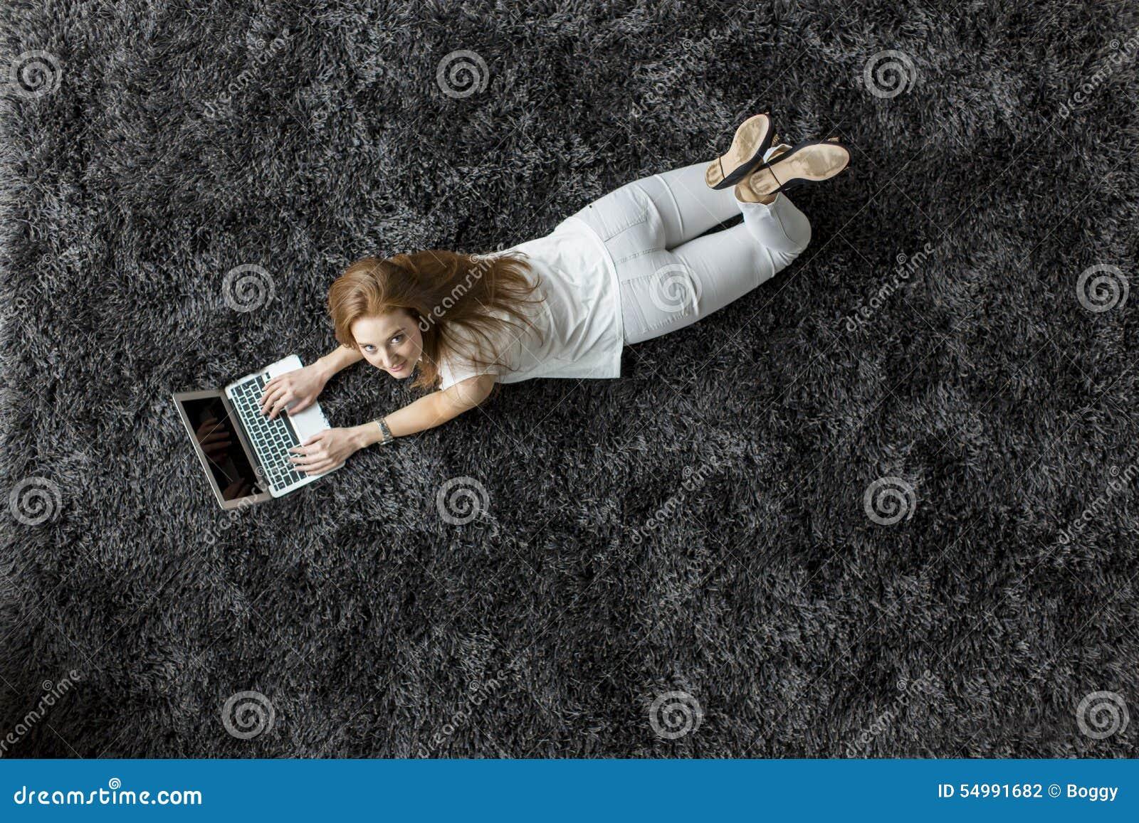 Kobieta kłaść na dywanie