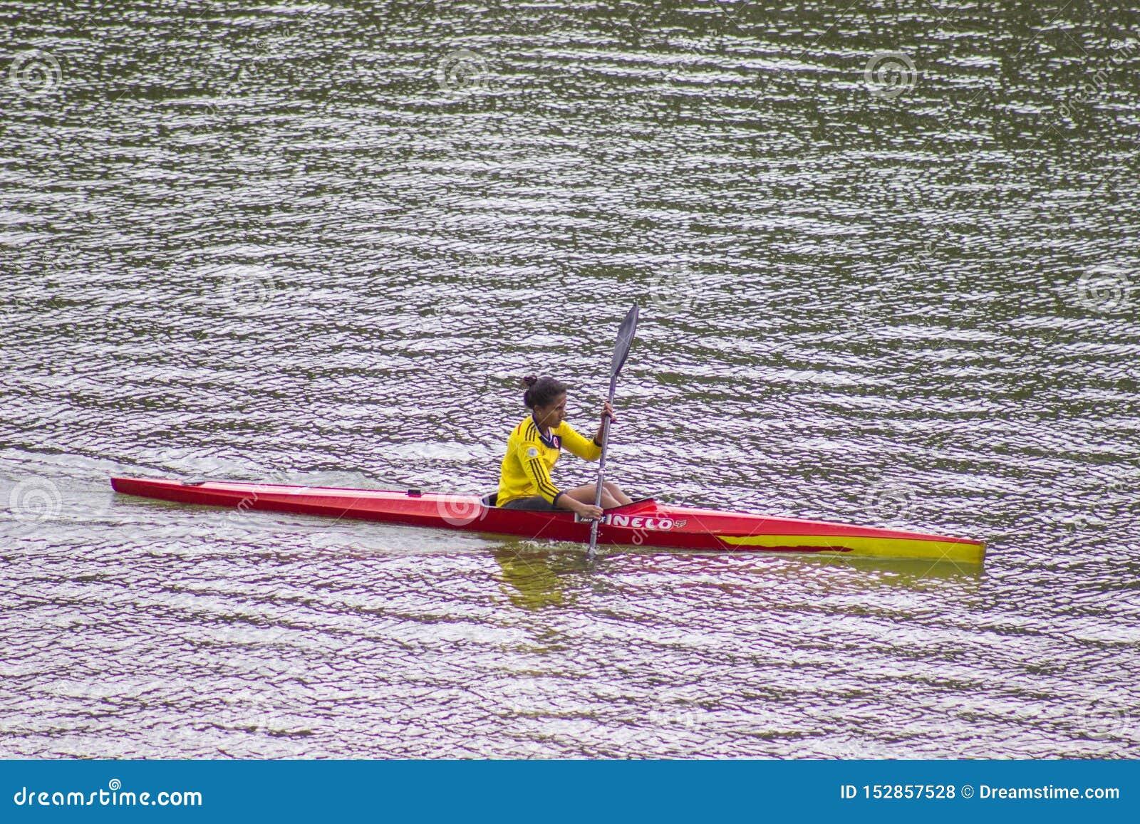 Kobieta kayaking samotnie Kayaker, cieszy się