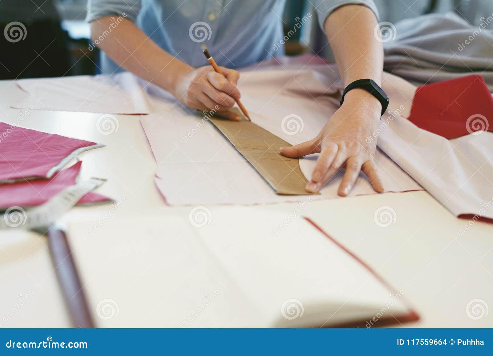 Kobieta krawczyna Robi Szyć wzory Na stole