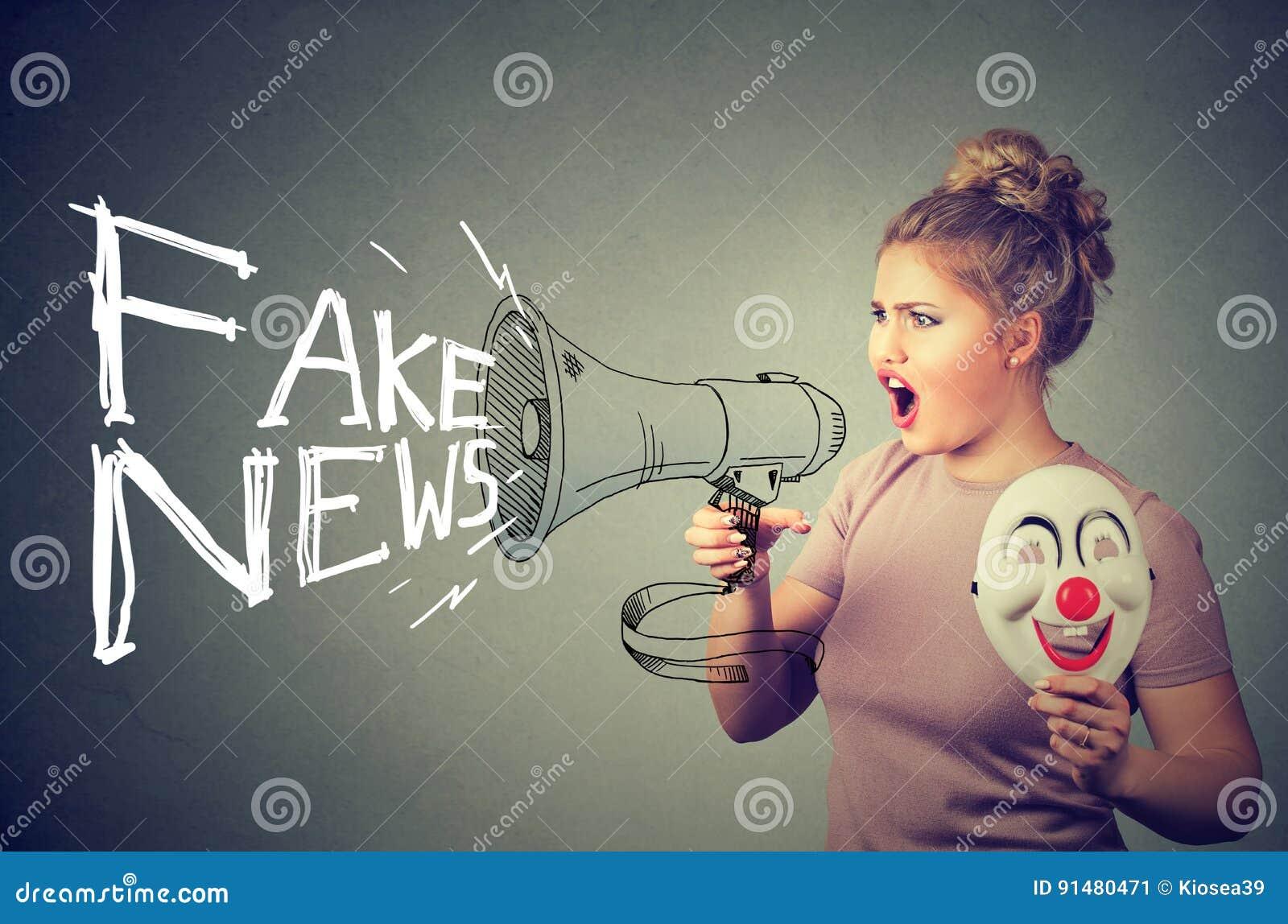 Kobieta krzyczy w megafonu podesłania imitaci wiadomości