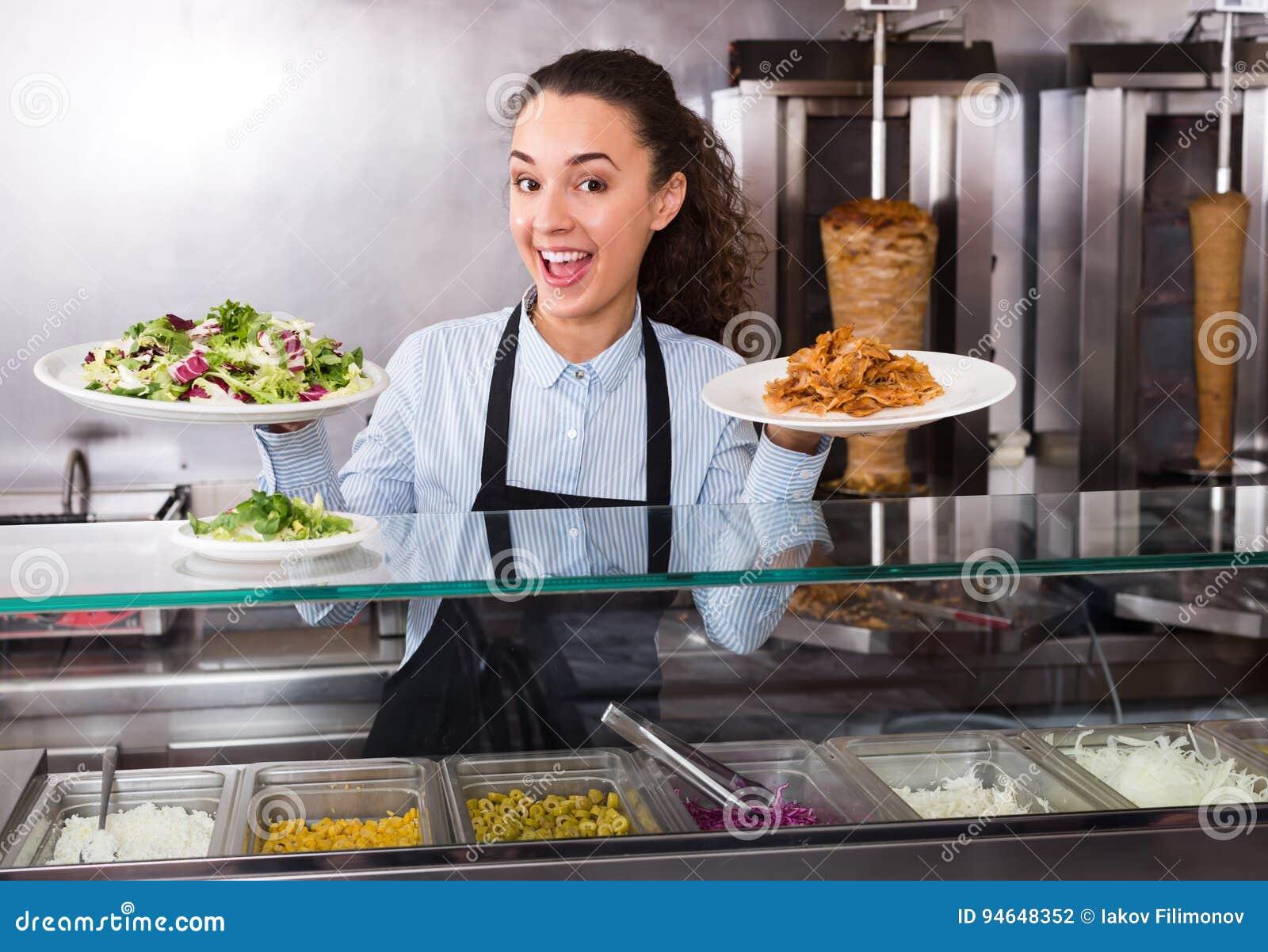 Kobieta kucharz przy bistrami
