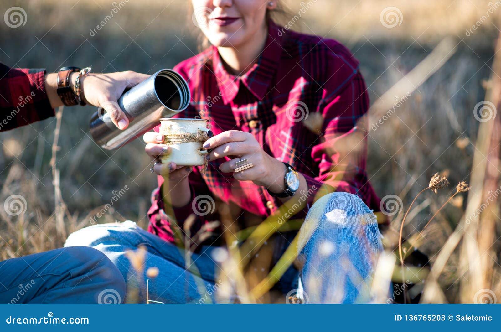 Kobieta ma filiżanka kawy outdoors