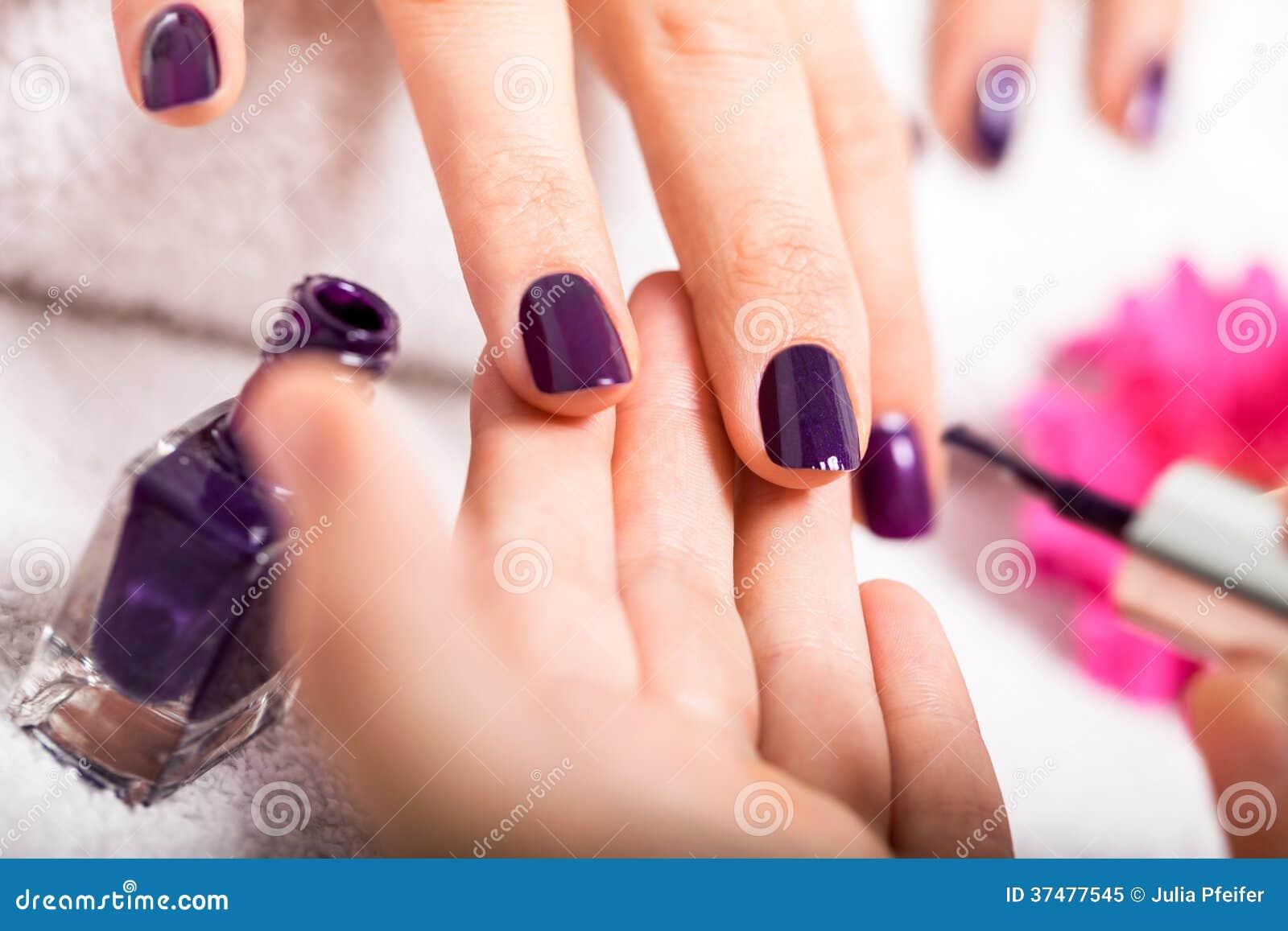 Kobieta ma gwoździa manicure w piękno salonie