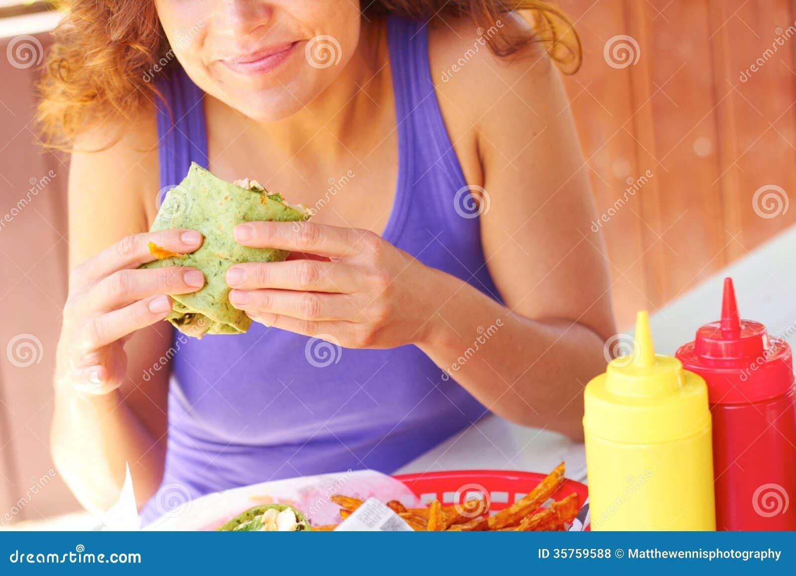 Kobieta Ma kurczaka opakunku kanapkę