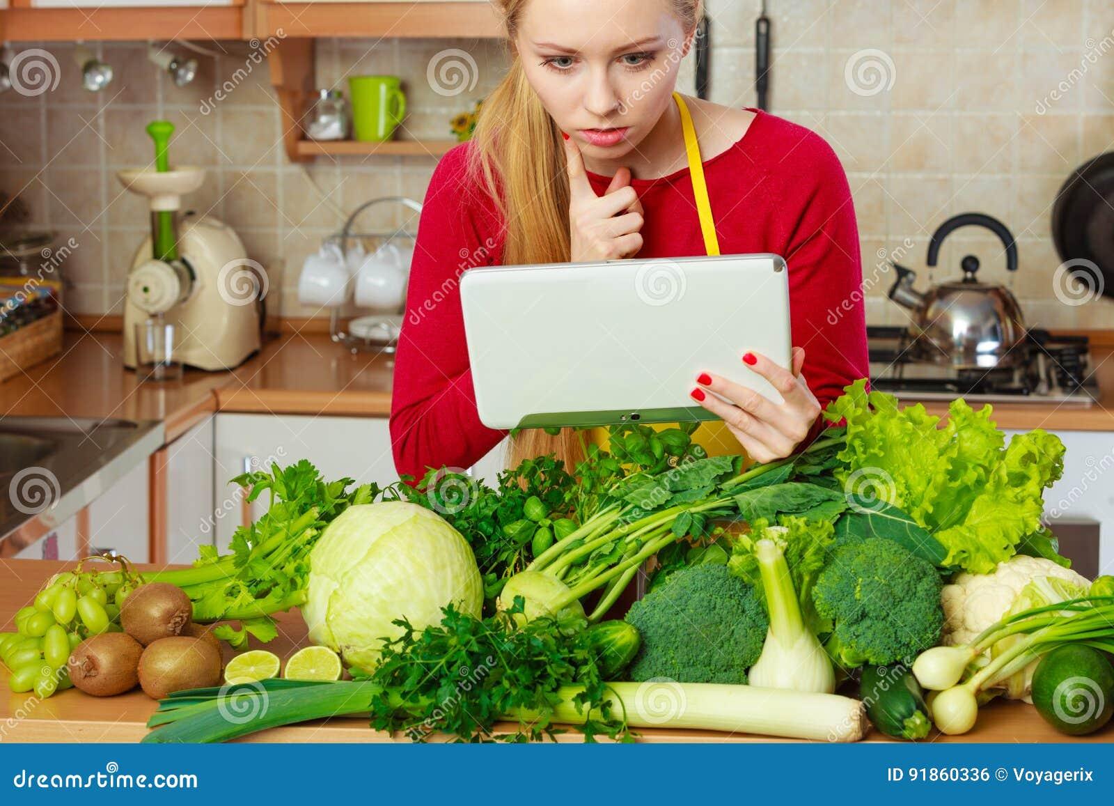 Kobieta ma zielonych warzywa myśleć o kucharstwie