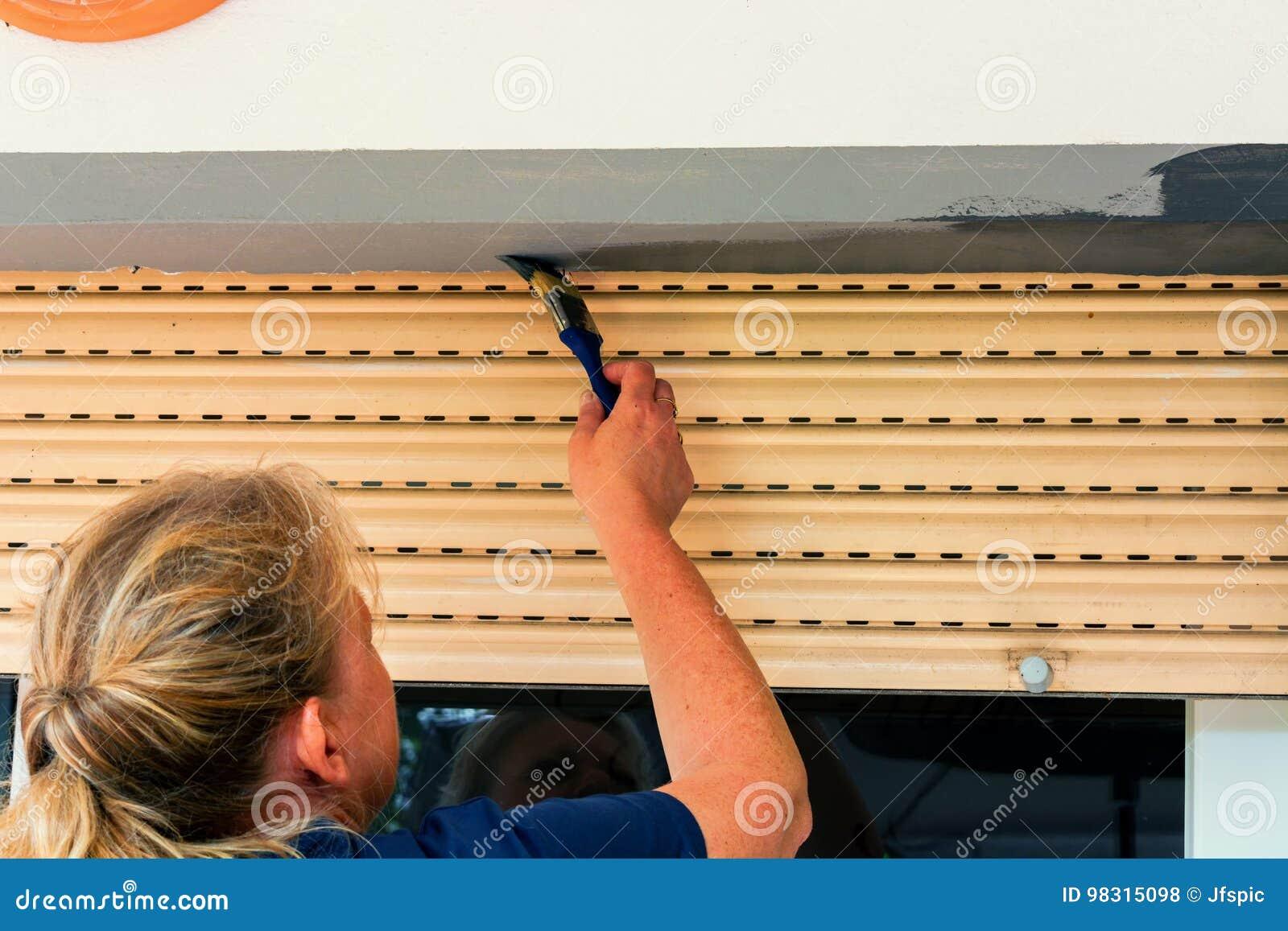 Kobieta muska domową ścianę