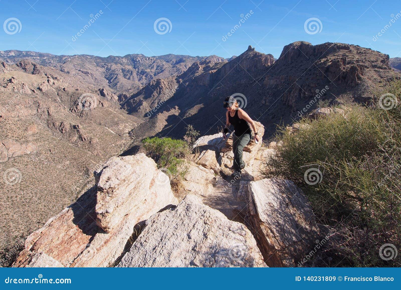 Kobieta na Blackett grani śladzie, Arizona