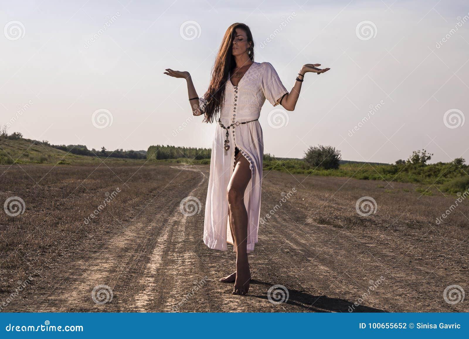 Kobieta na brudny drogowy pozować