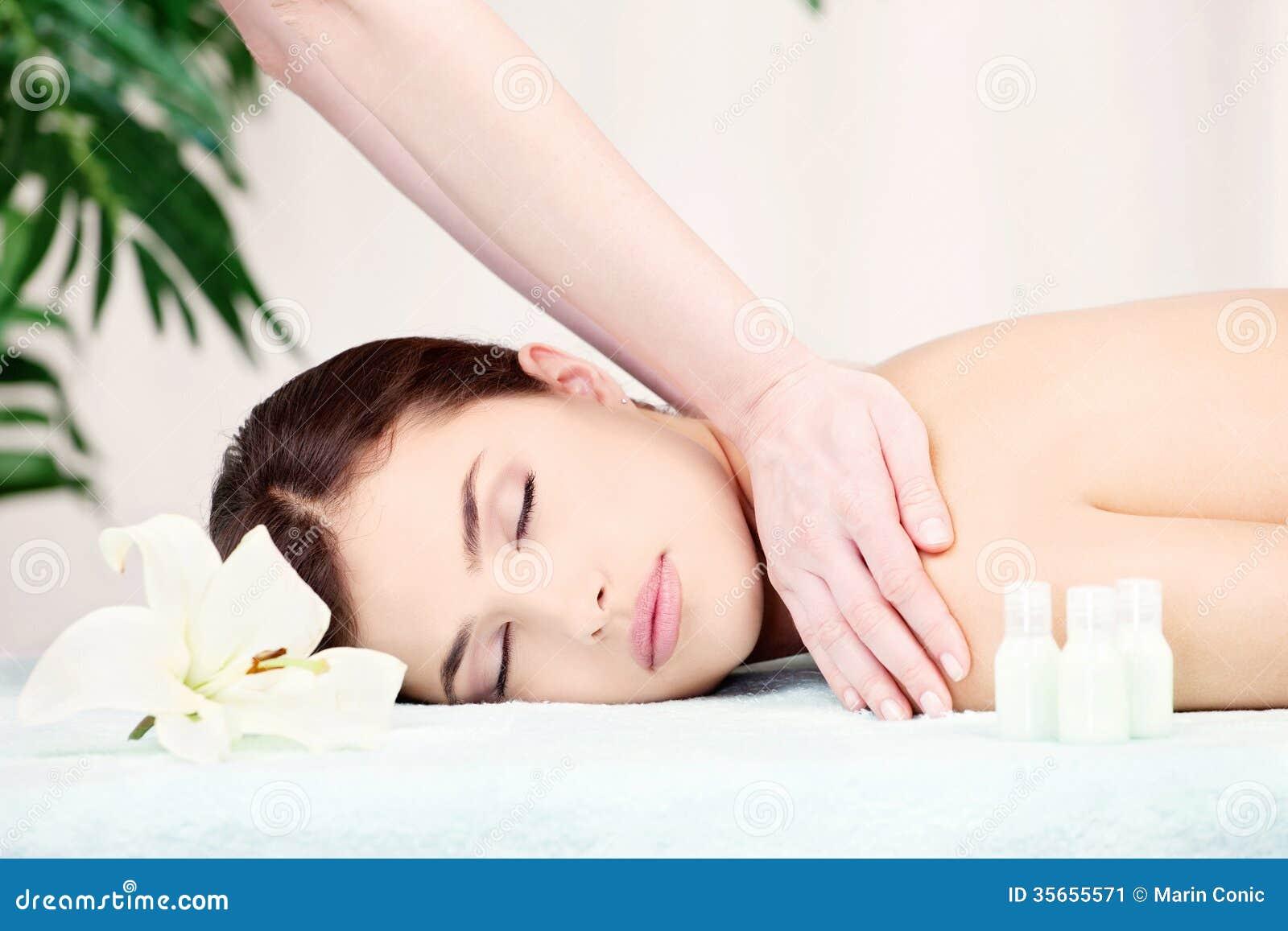 Kobieta na naramiennym masażu