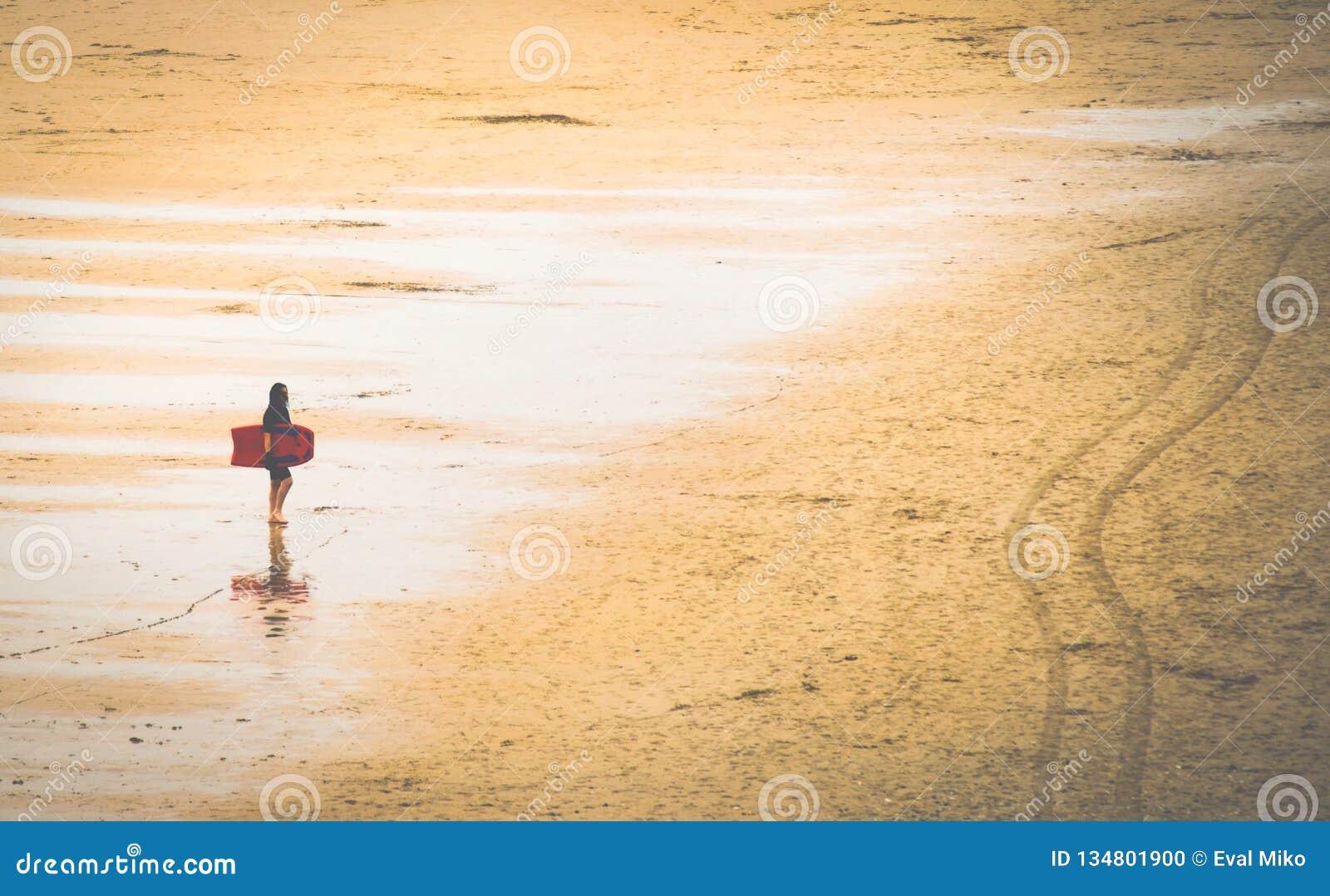 Kobieta na plaży z surfing deską