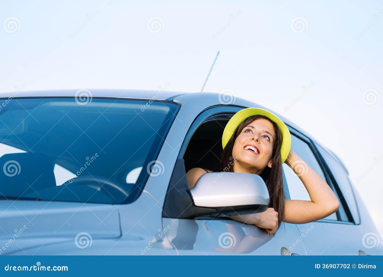 Kobieta na samochodowej podróży wakacje