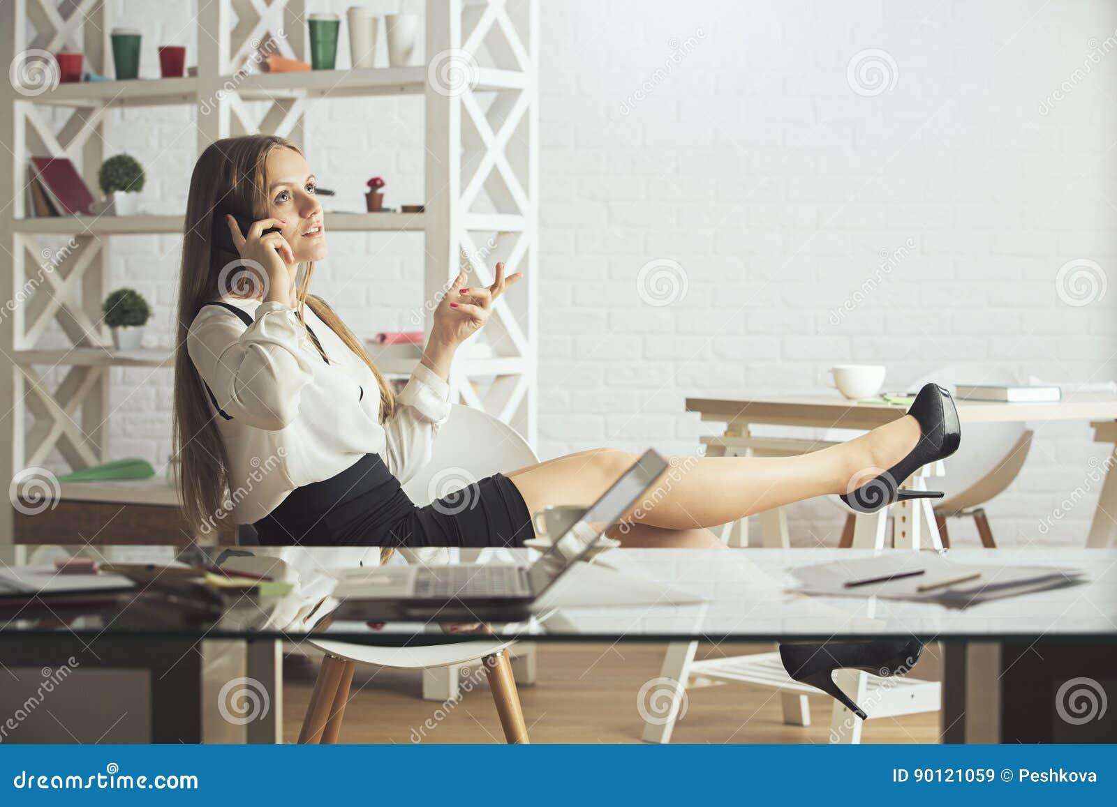 Kobieta na telefonie w biurze