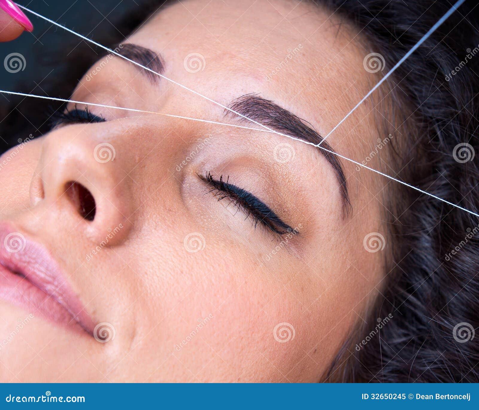 Kobieta na twarzowego włosy usunięciu threading procedurę