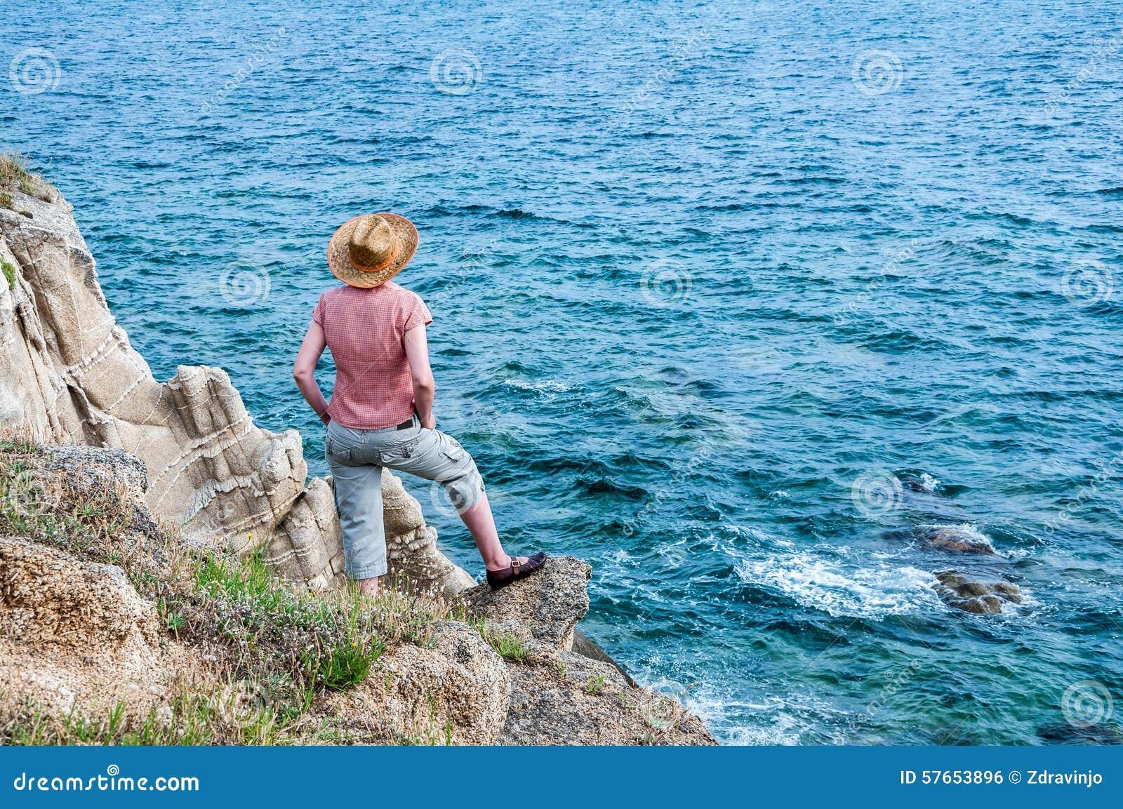 Kobieta na wzgórzu blisko morza