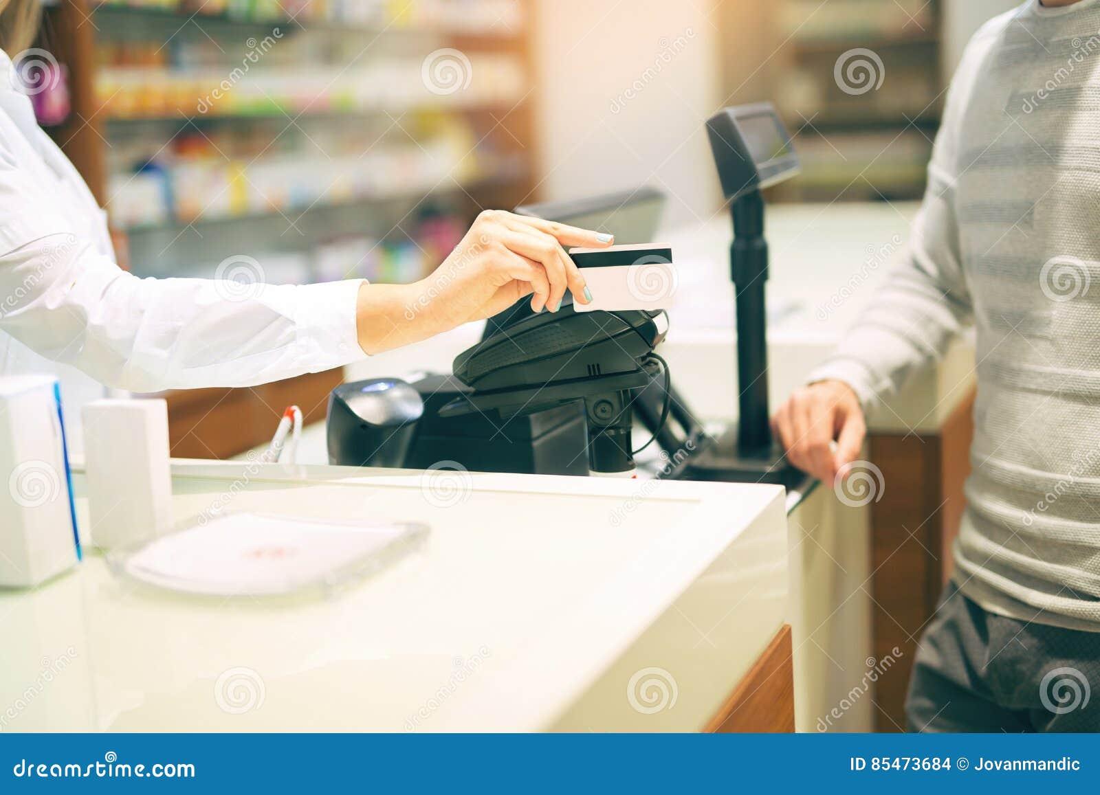 Kobieta nabywa medycyny przy apteką