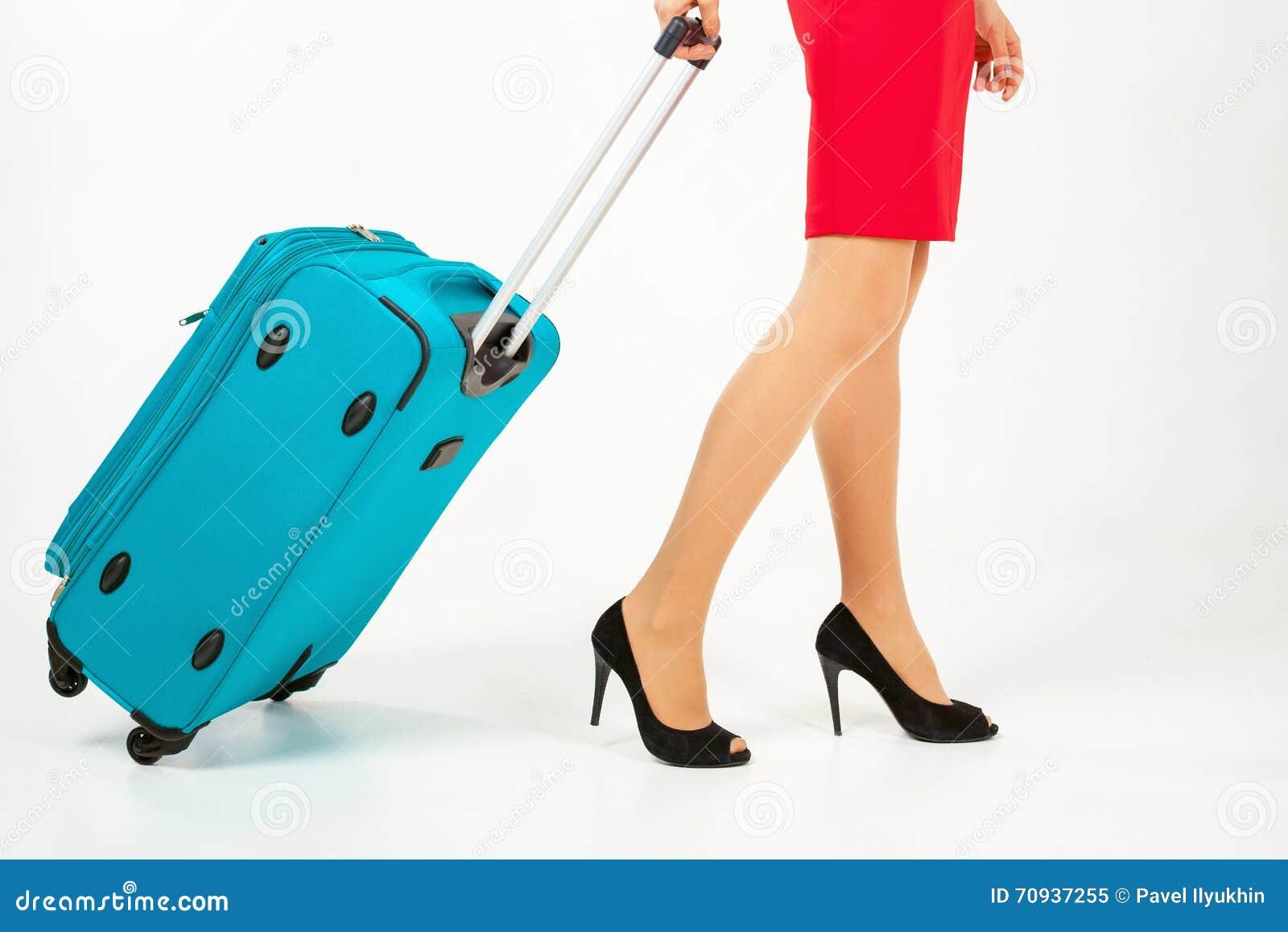 Kobieta niesie twój bagaż przy lotniskowym terminal