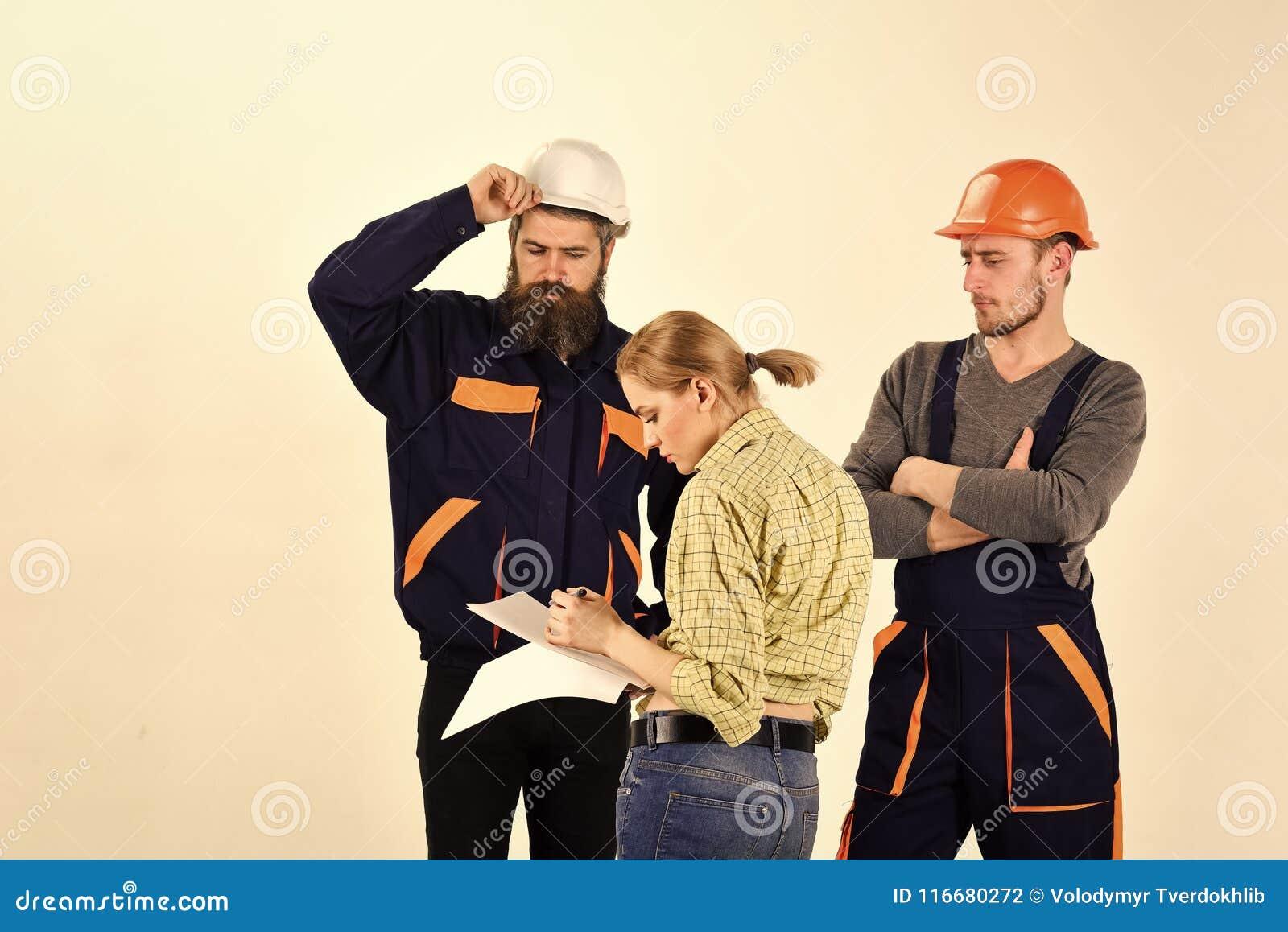 Kobieta nowelizuje plan naprawa Nieporozumienia pojęcie Brygada pracownicy, budowniczowie w hełmach, naprawiacze, damy argumentow